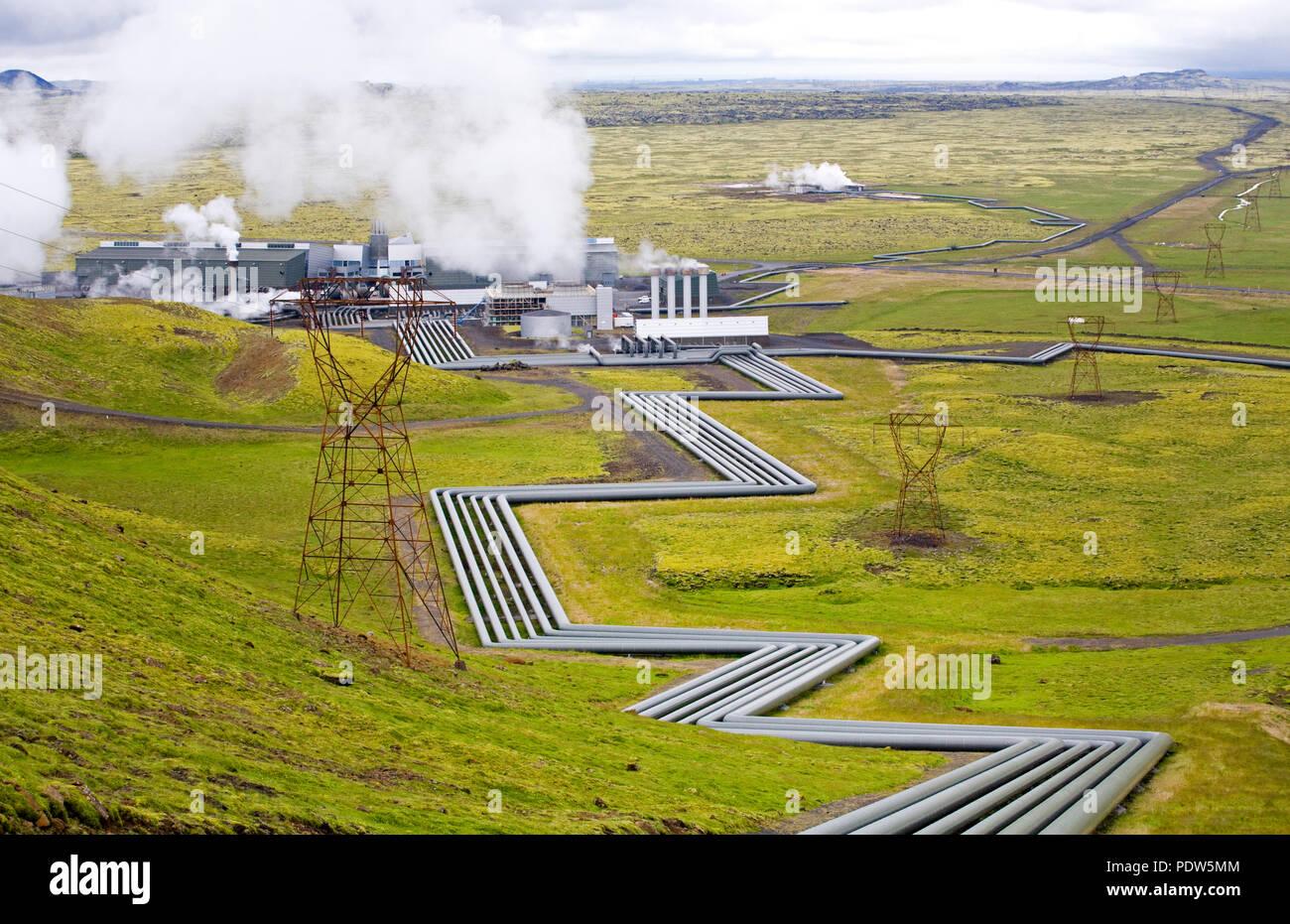 Trasferimento di tubi di vapore alla Hellisheidi Power Plant in Hengill area del sud ovest dell'Islanda vicino a Reykjavik. È la più grande potenza geotermica Foto Stock