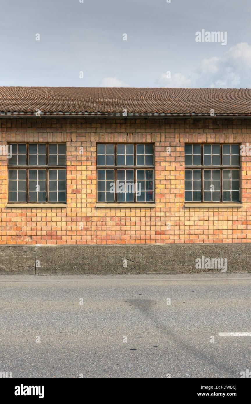 Rosso Mattone di Edificio industriale con grandi finestre Immagini Stock