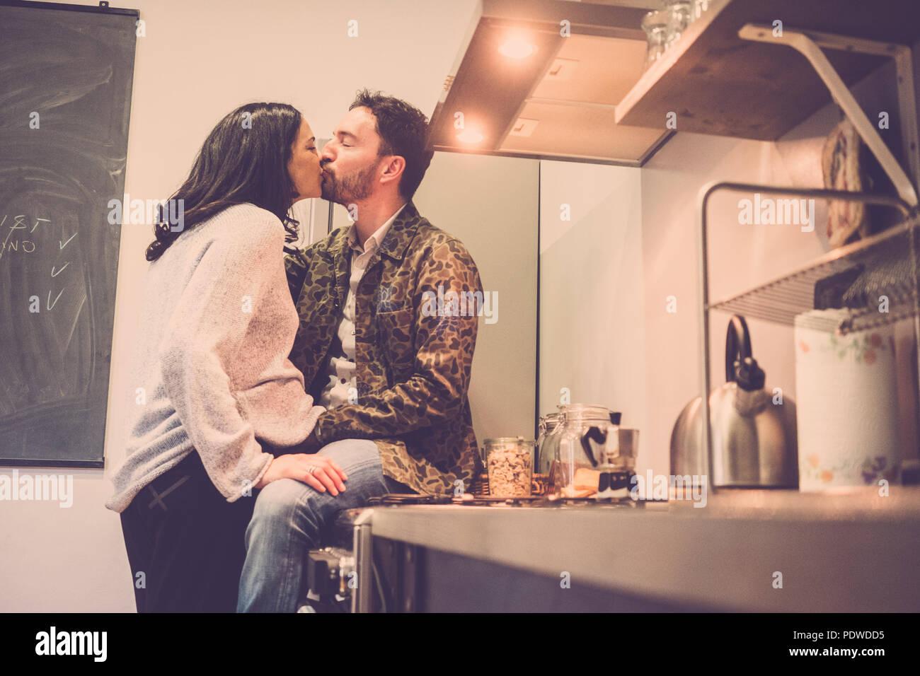 Bella coppia caucasica a casa toccando il ventre e in attesa per il nuovo bambino in arrivo. concetto incinta di nuovo il padre e la madre. amore workds, crusca di n. Immagini Stock