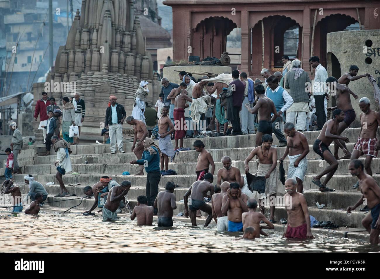 La gente fare il bagno nel fiume Gange in Varanasi, Uttar Pradesh, India, GAT Immagini Stock