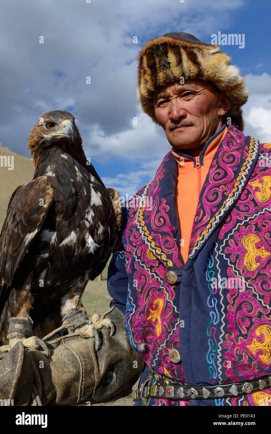 Un aquila kazaka cacciatore con il suo golden eagle in Bayan-Olgii, Mongolia. Immagini Stock