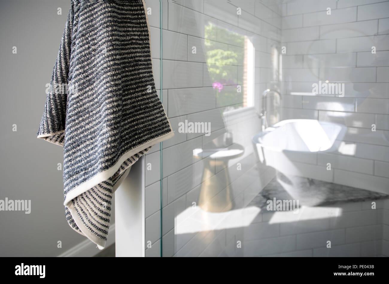Bagni Piastrelle Bianche : Un high end bagno residenziale box doccia con piastrelle bianche e