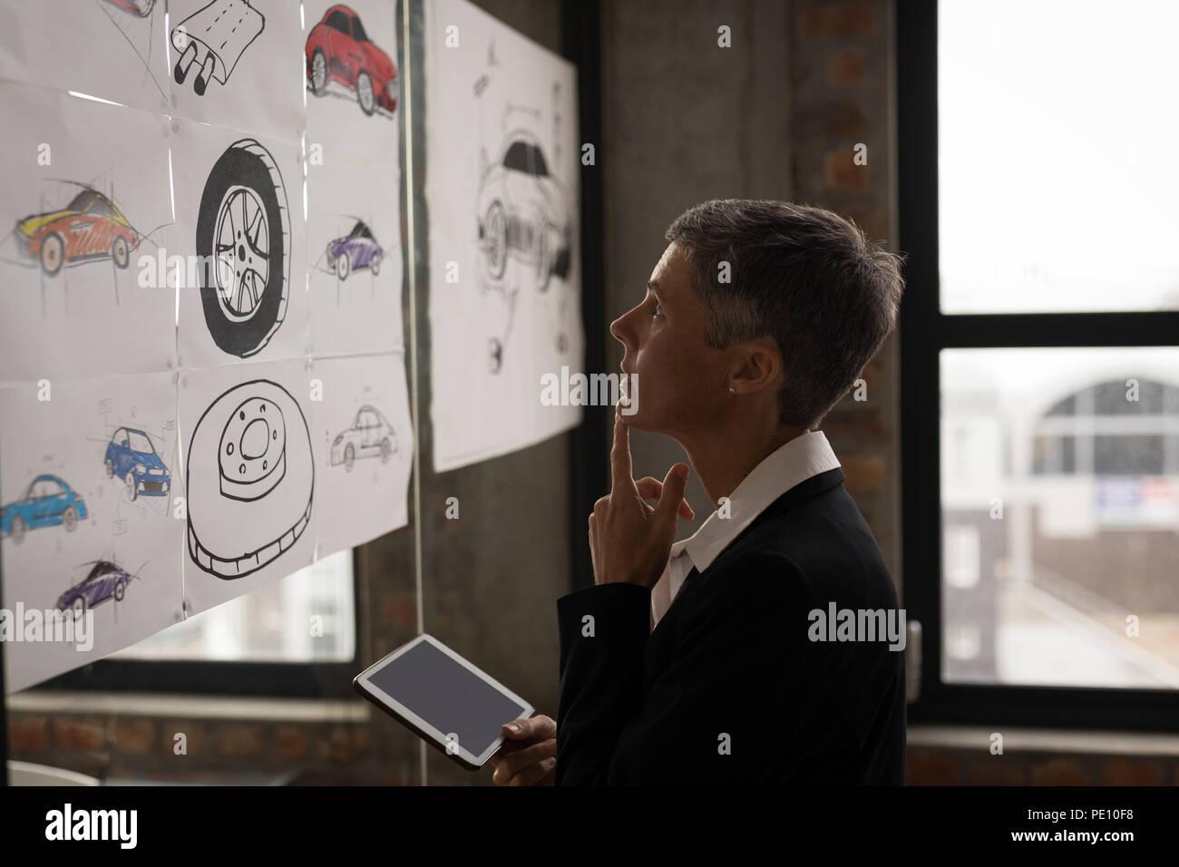 Imprenditrice guardando il grafico Immagini Stock
