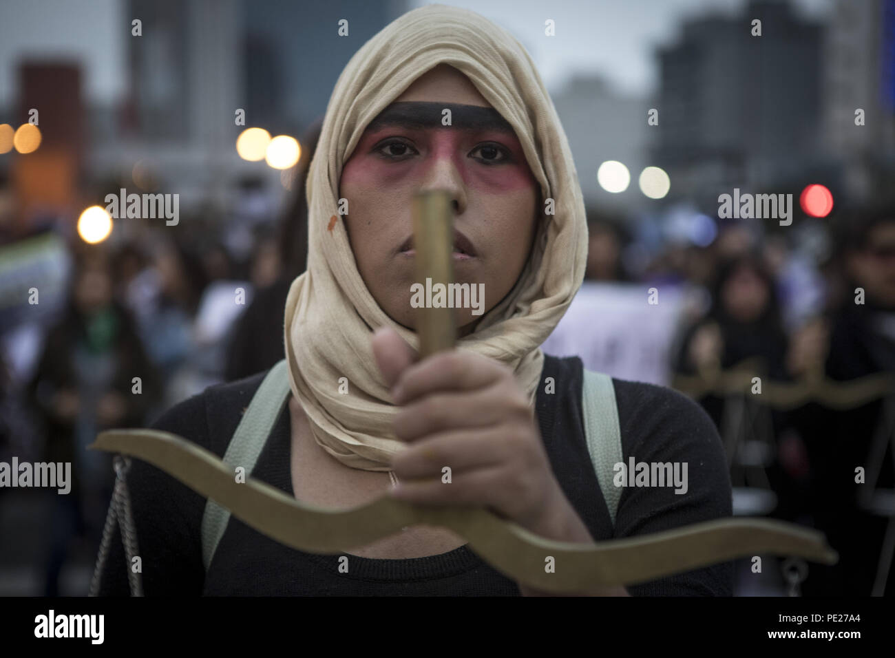 Lima, Perù. 11 Ago, 2018. I dimostranti marzo durante un Ni n.a. Menos (non uno di meno) rally in segno di protesta del genere in base alla violenza nella città di Lima. Ni n.a. Menos (non uno di meno) esige che le donne dovrebbero essere protetti dalle morti violente per mano di uomini in Perù. Credito: Guillermo Gutierrez SOPA/images/ZUMA filo/Alamy Live News Immagini Stock