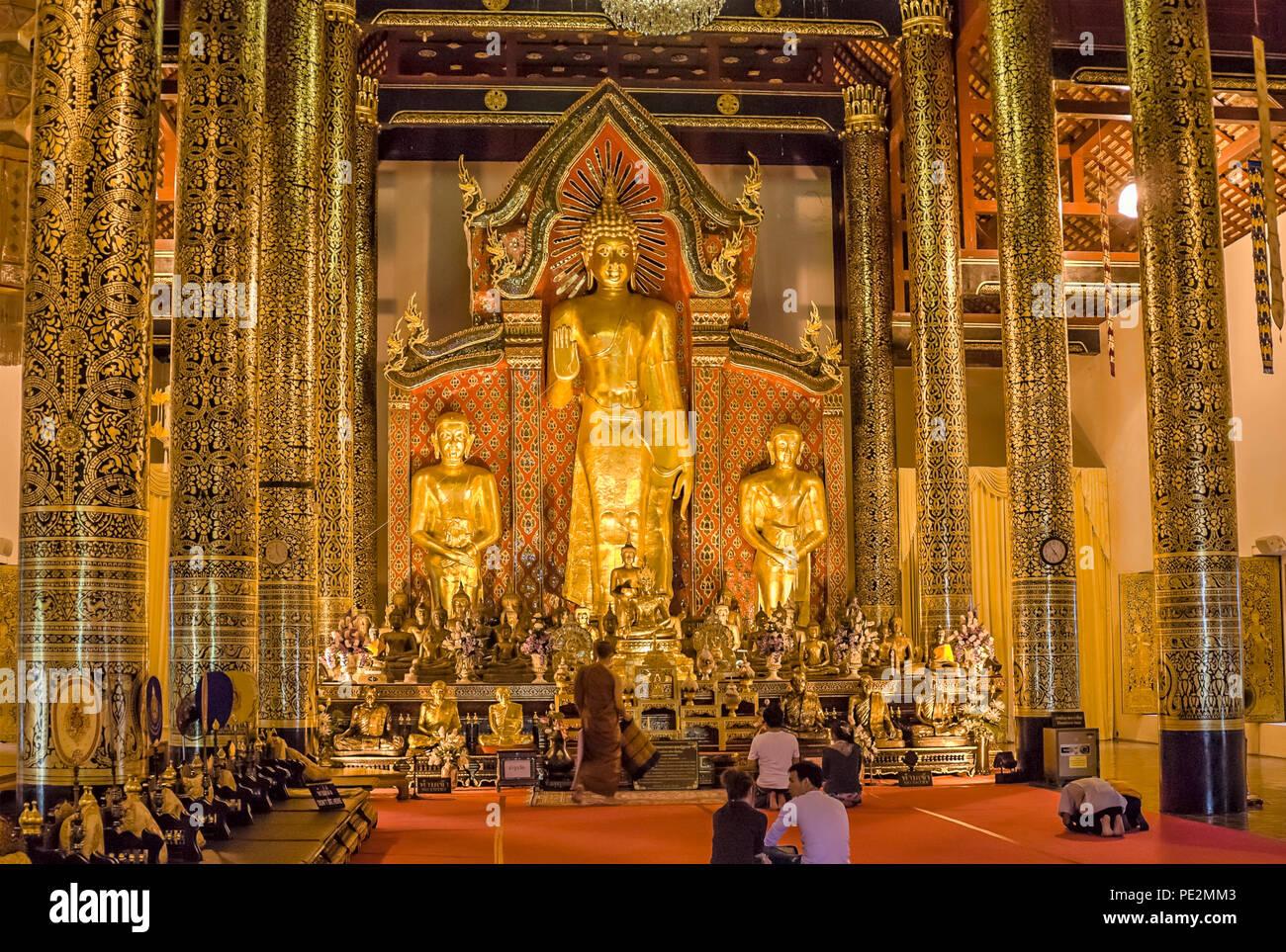 Golden Budda in Wat Chedi Luang, Chiang Mai, Thailandia del Nord | Goldener Buddha im Wat Chedi Luang, Chiang Mai, Nordthailand Immagini Stock