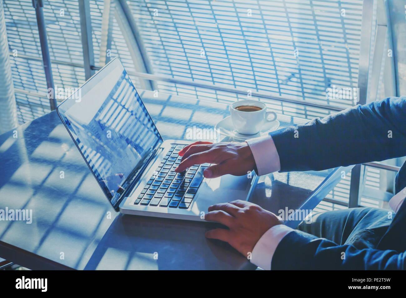 Istituti bancari o lo shopping online, e-commerce concetto, primo piano delle mani di imprenditore lavora su computer, scrivendo un'e-mail per i clienti, uomo d affari executive Immagini Stock