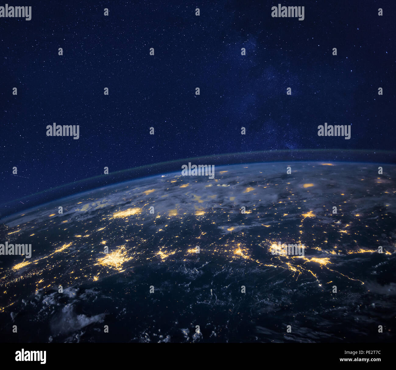 Vista notturna del pianeta Terra dallo spazio, bello sfondo con luci e stelle, vicino, immagine originale fornita dalla NASA Immagini Stock