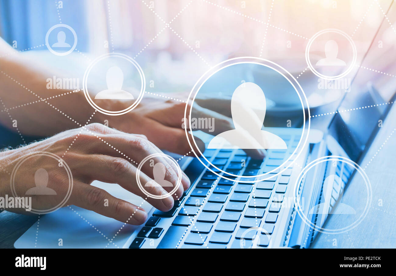 HR, risorse umane concetto, rete sociale con azienda persone icone, comunità online, mani digitando sulla tastiera del computer Immagini Stock