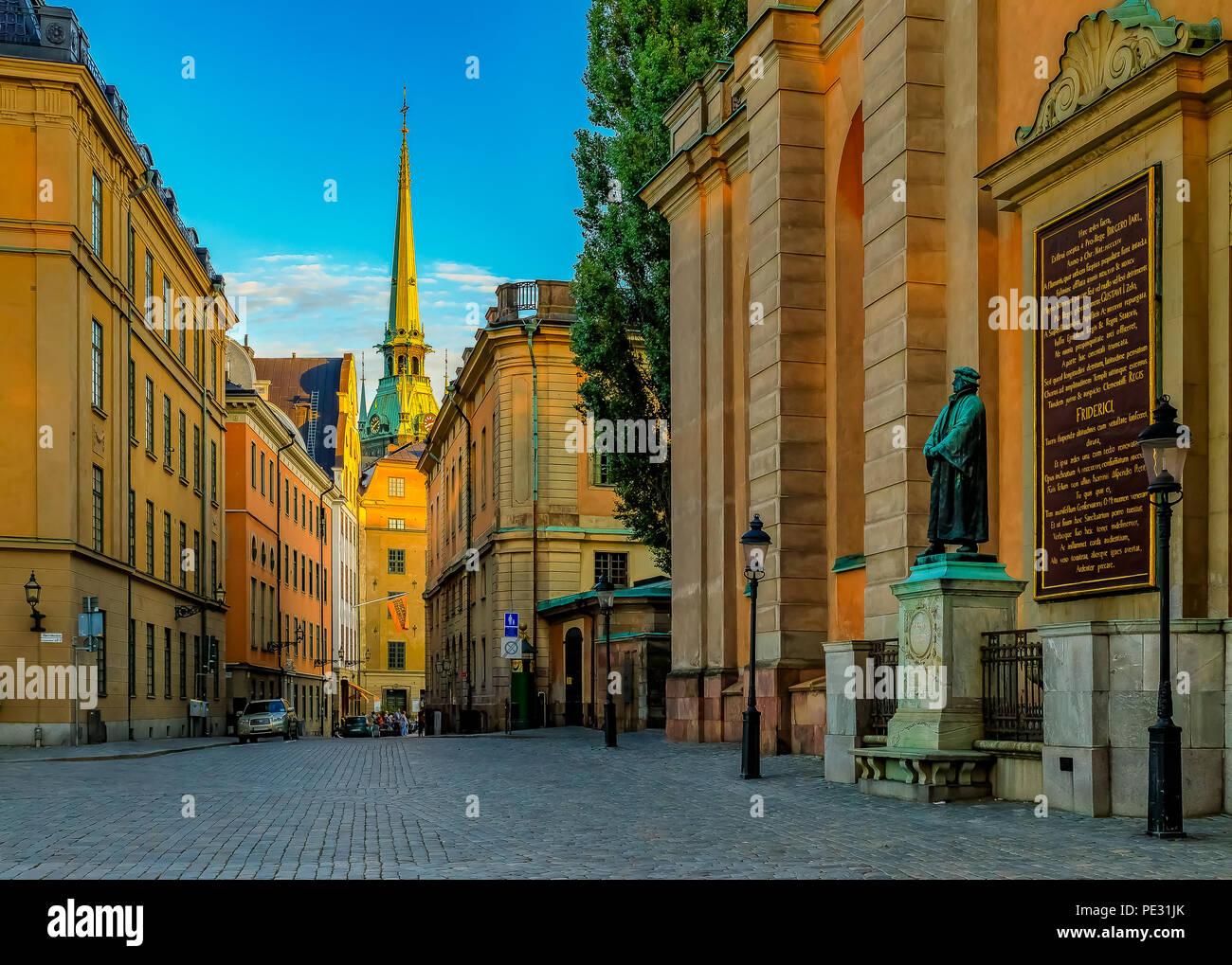 Stoccolma, Svezia - 11 agosto 2017: vista sui tradizionali edifici in stile gotico e i cancelli di Storkyrkan o la Cattedrale di Stoccolma nella città vecchia, Gamla Immagini Stock