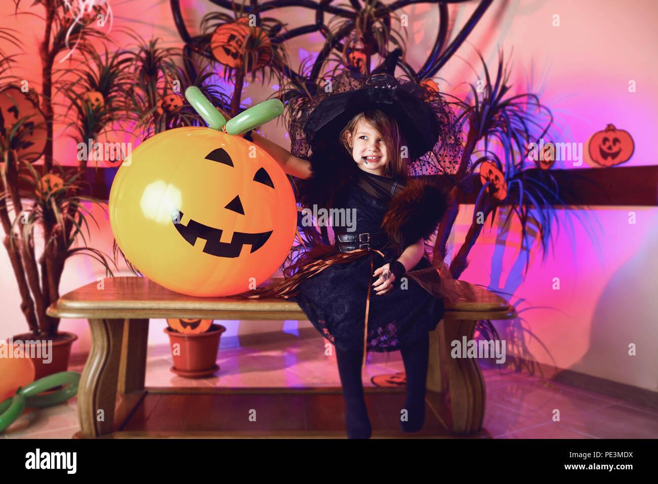 Funny bambina in un costume di Halloween Immagini Stock