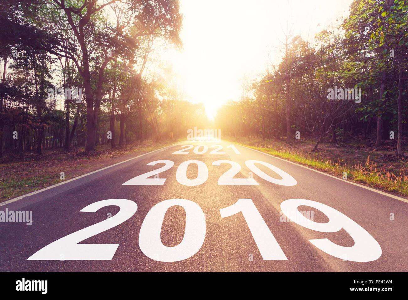 Svuotare strada asfaltata e nuovo anno 2019 concept. La guida su una strada vuota per obiettivi 2019. Immagini Stock