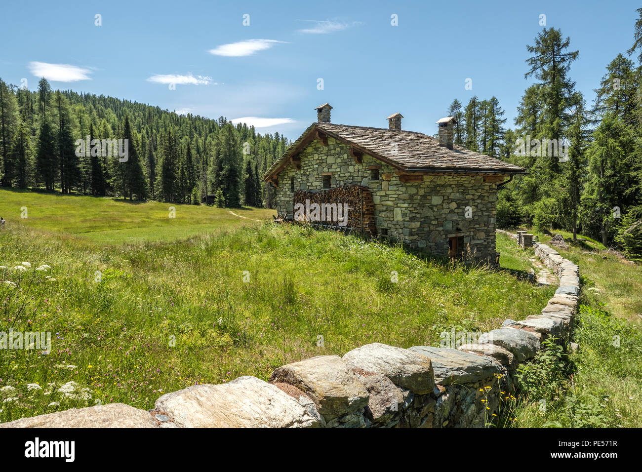 Recinzioni Per Case Di Montagna rural casa di montagna con la pietra di muro di recinzione
