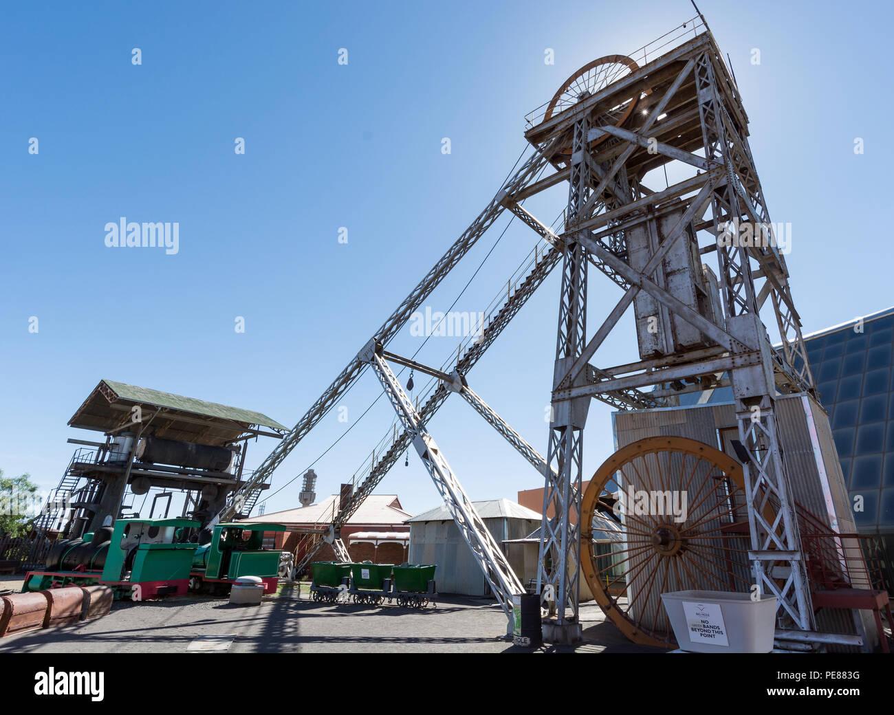 Vista del copricapo di miniera e paranco a vapore Immagini Stock 5ff7a54f52a0