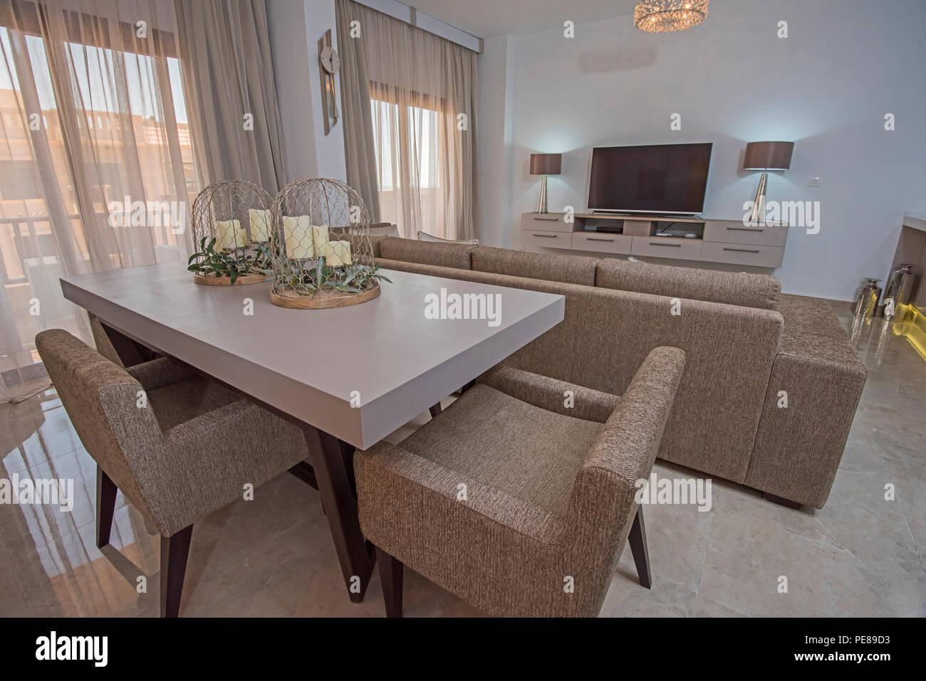 Sala Da Pranzo Salone Con Tavolo Da Pranzo In Un Appartamento Di Lusso Show Home Mostra Interior Design Decor E Arredamento Foto Stock Alamy