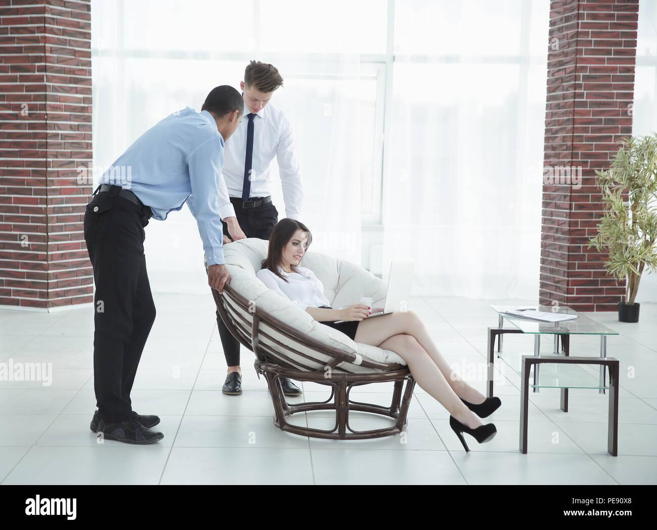 Business donna con i colleghi per discutere questioni di lavoro, Immagini Stock