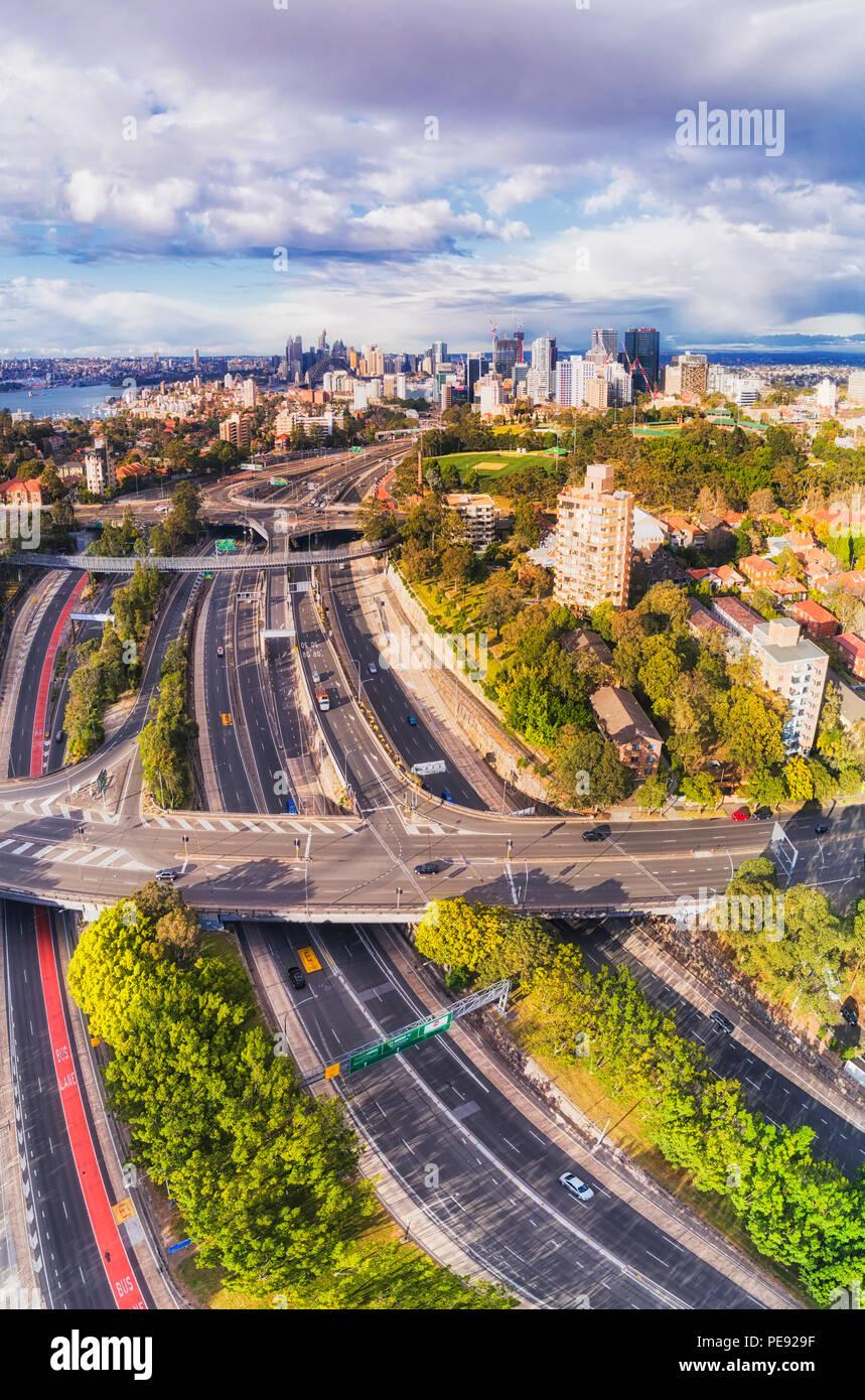 Della North Shore inferiore di Sydney intorno Warringah freeway multi-lane motorway andando attraverso Sydney Nord fino al Ponte del Porto di Sydney e città Landmar CBD Immagini Stock