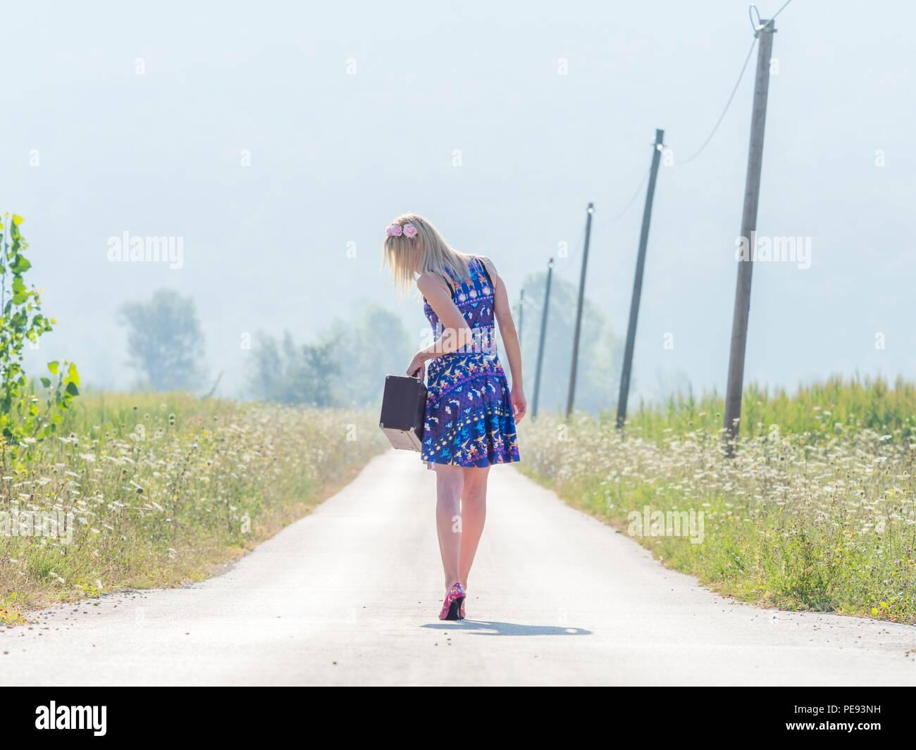 Giovane donna runaway con la valigia Immagini Stock