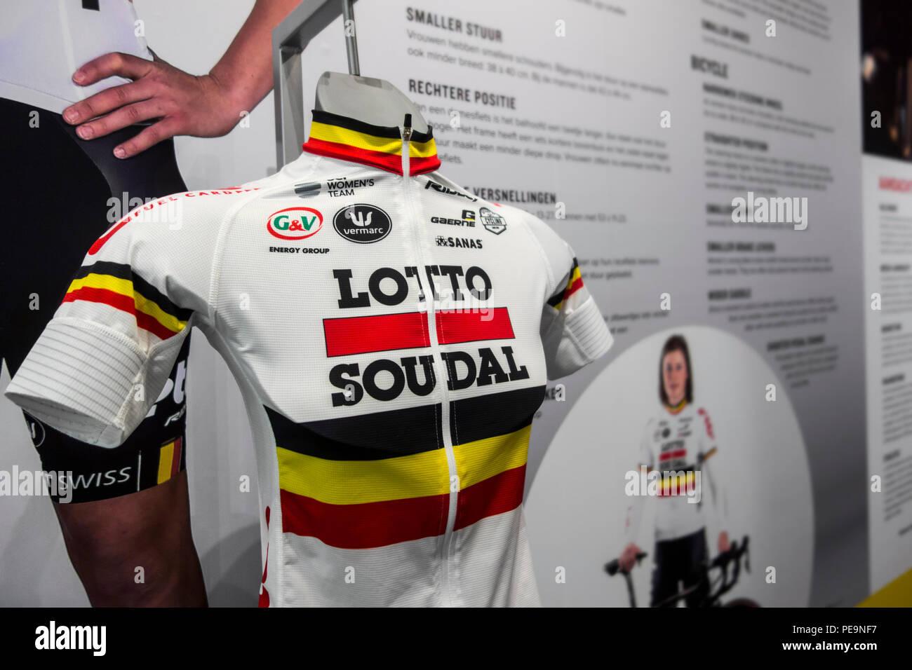 Lotto Soudal jersey in Centrum Ronde van Vlaanderen / Tour delle Fiandre Center, il museo dedicato alle Fiandre ciclo su strada racing di Oudenaarde, Belgio Immagini Stock