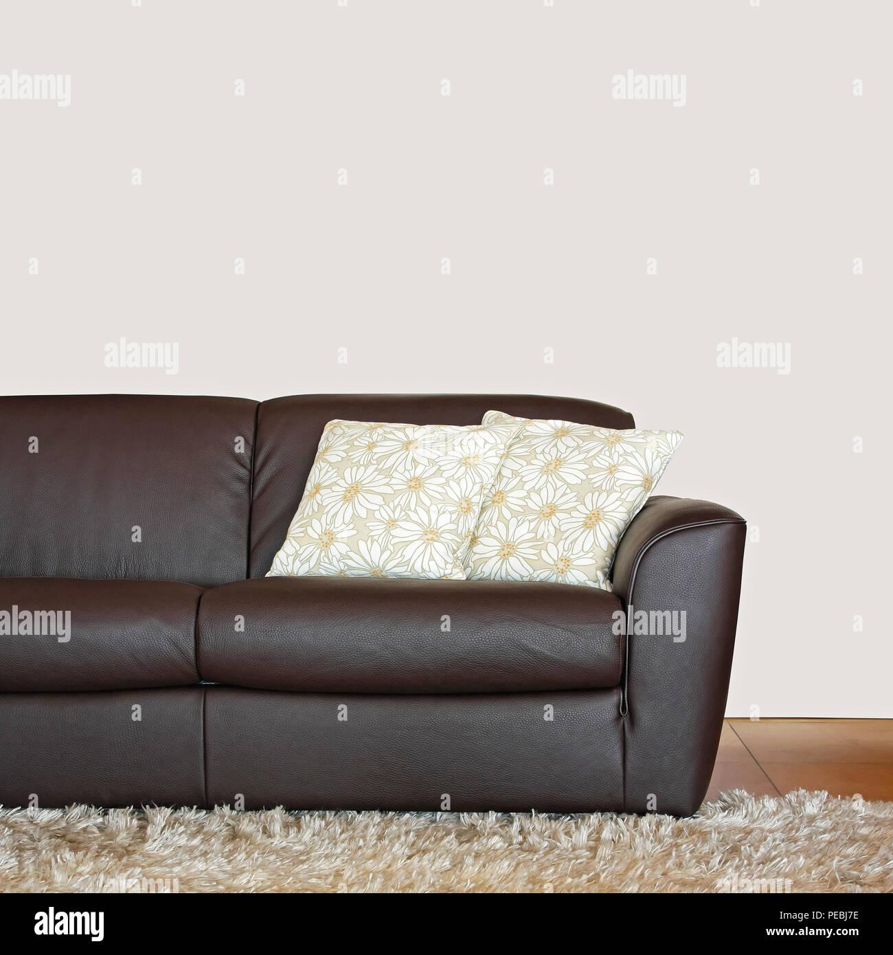 Cuscini Su Divano Marrone divani in pelle marrone con cuscini foto stock - alamy