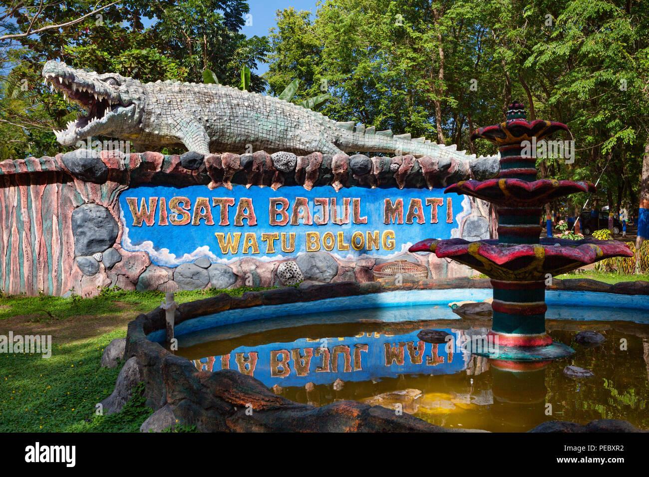 East Java, Indonesia - 10 Luglio 2018: Bajul Mati (morto) coccodrillo mare Spiaggia e parco ricreativo segno bordo popolare luogo da visitare per le vacanze in famiglia Immagini Stock
