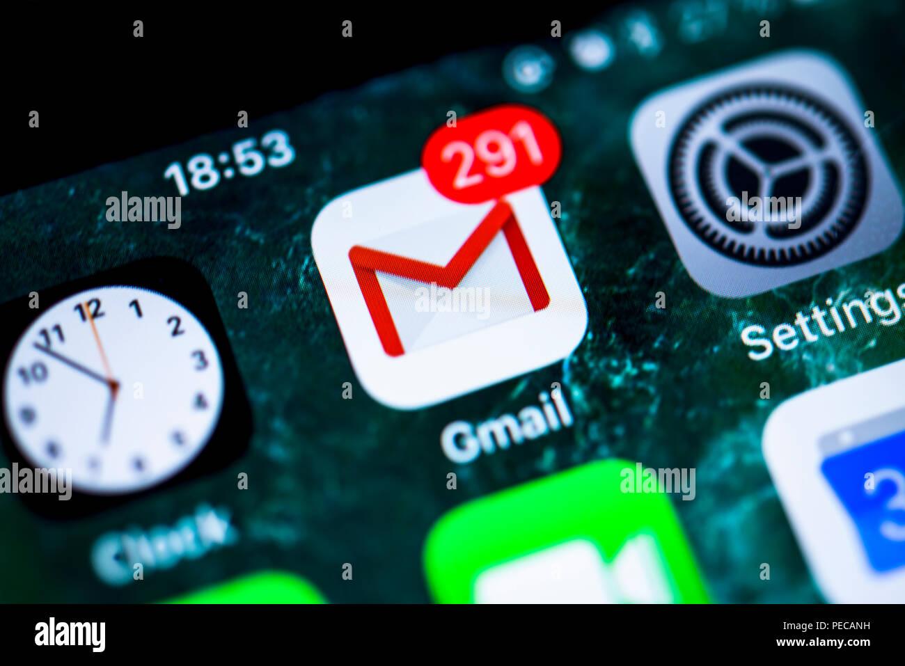 Gmail di Google, il servizio di posta elettronica, l'icona app su iPhone, iOS, lo schermo dello smartphone, display close-up, dettaglio, Germania Immagini Stock