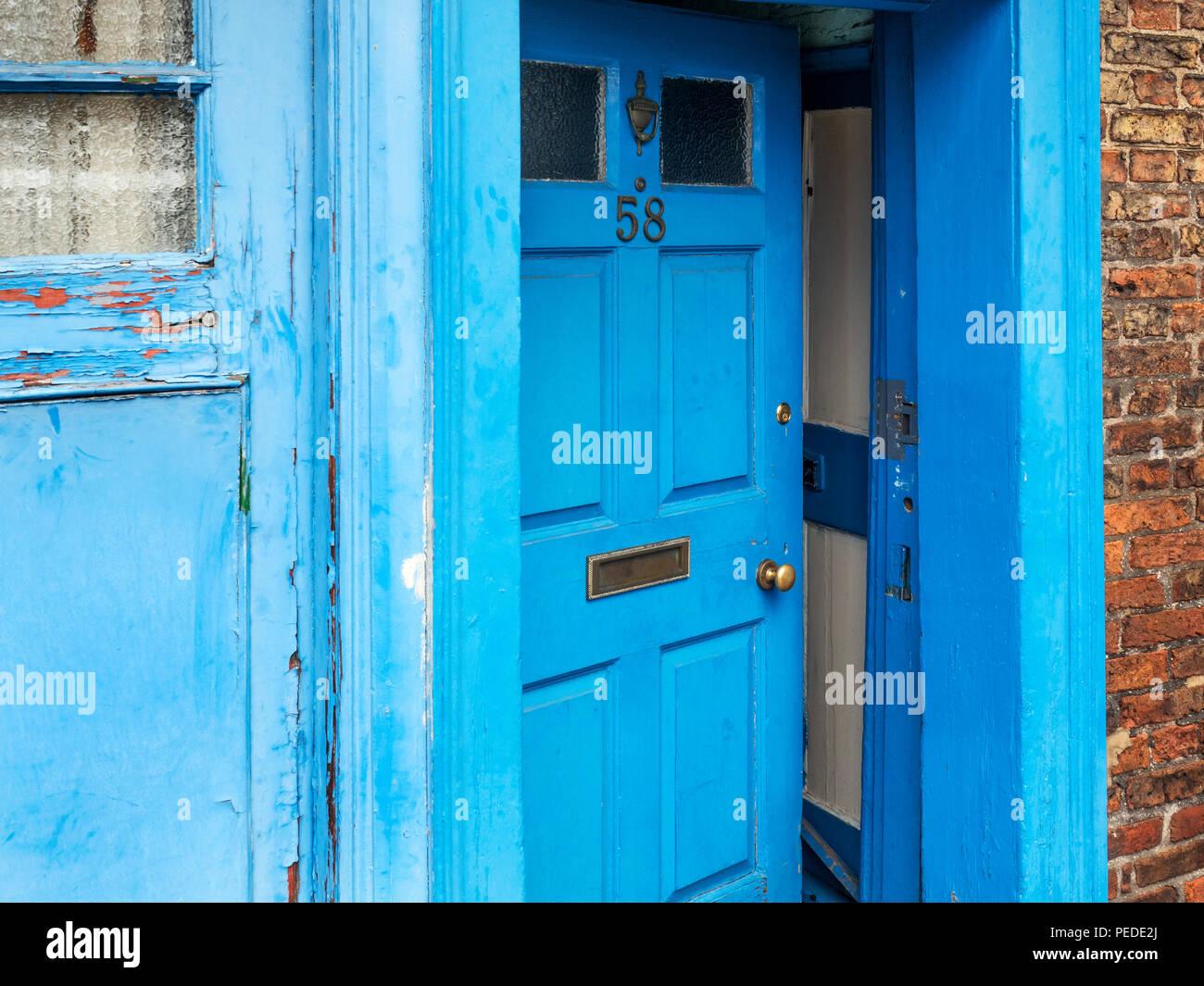 Un blu leggermente la porta in posizione socchiusa in Ripon Inghilterra Yorkshire Immagini Stock