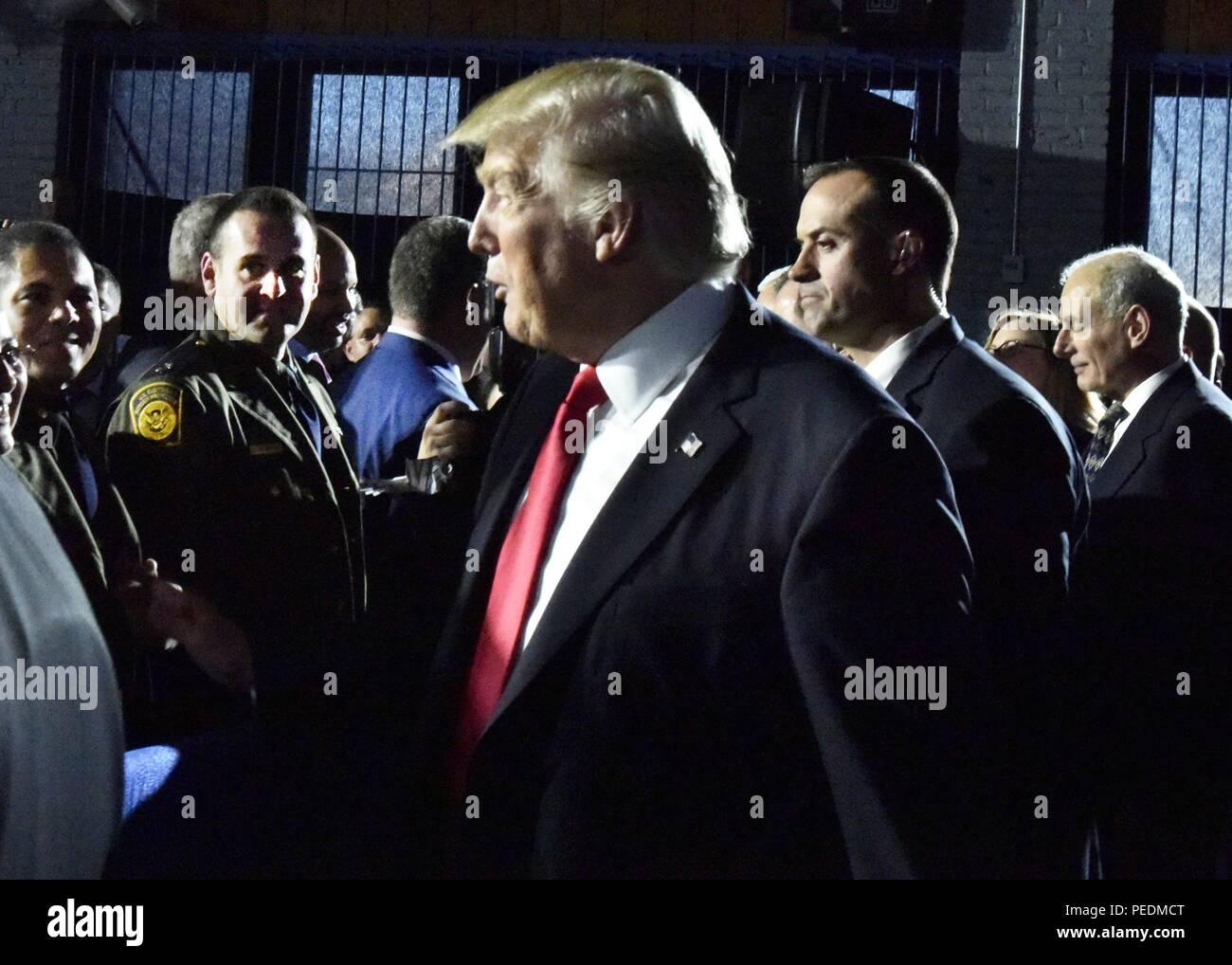 Presidente Donald Trump e Vice Presidente Mike Pence visita il Dipartimento della Sicurezza Interna degli Stati Uniti in Washington, DC, 2017. Gazzetta DHS foto di Barry Bahler. () Foto Stock