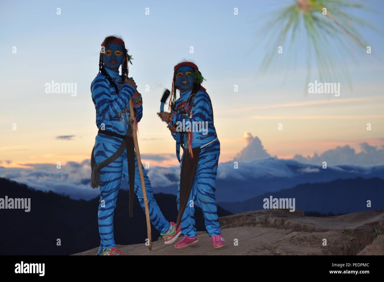 2 giovani ragazze avatar Keytiri & Feytiri arrivando a mt. Ulap poco prima dell'alba è la rottura e in attesa del sole di mattina al Corral Ampucao Rock. Immagini Stock