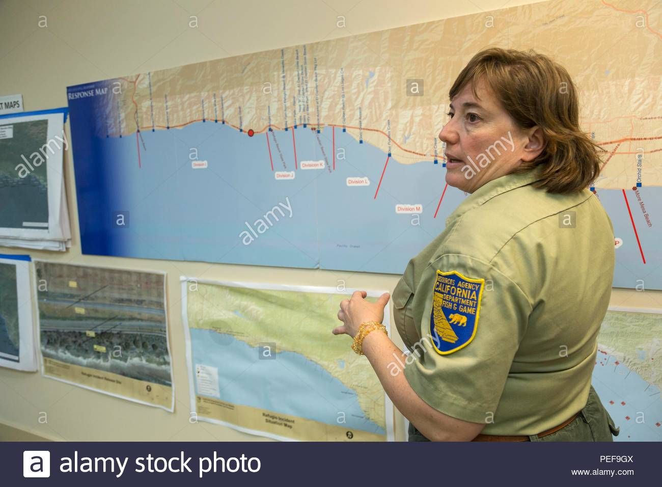 Information Officer con California Dipartimento di pesci e fauna selvatica con mappa che mostra area del Refugio fuoriuscite di olio a JIC, Joint Information Center per la Santa Barbara Refugio fuoriuscite di olio. Foto Stock
