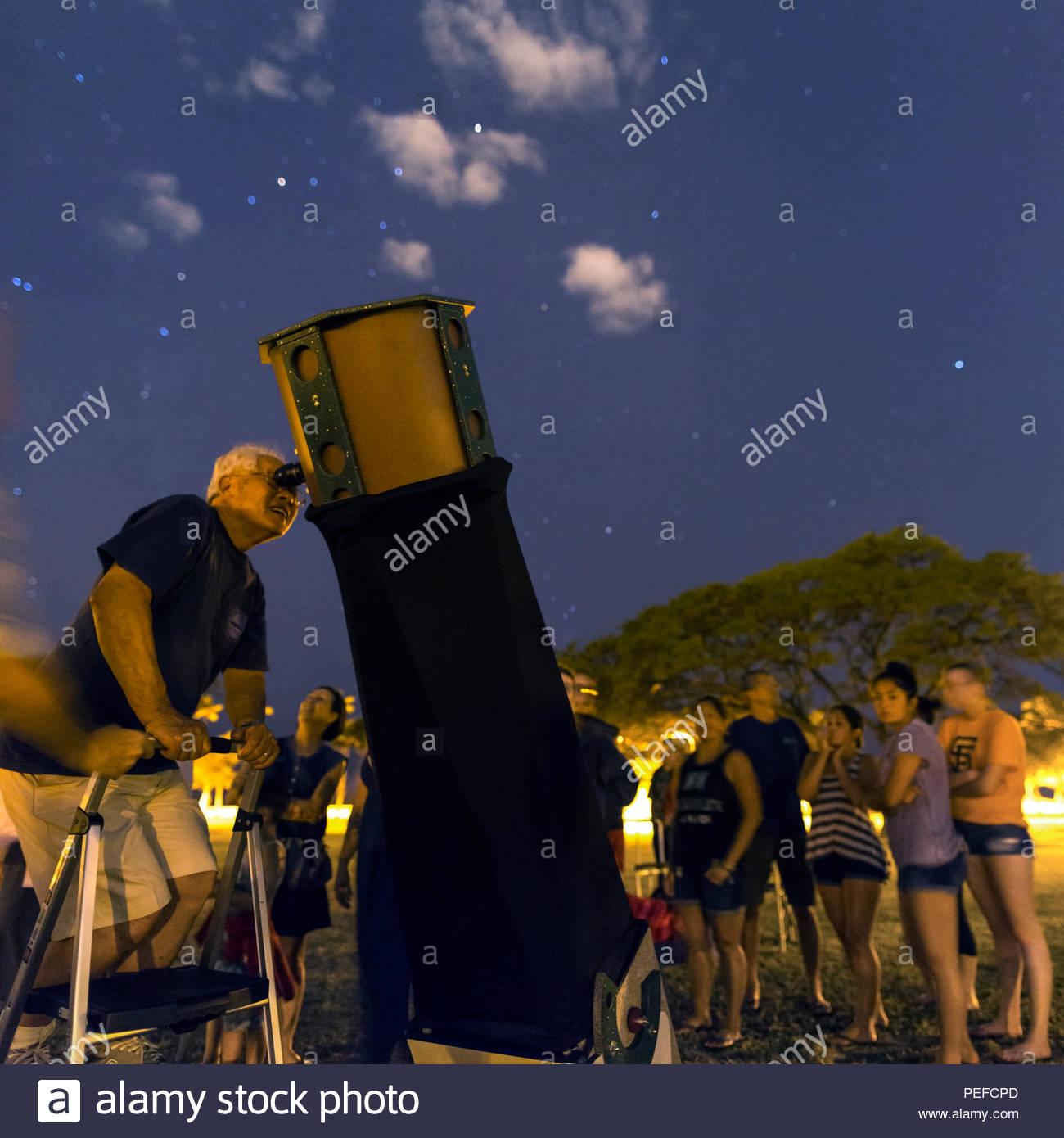 Pubblico di guardare le stelle con un telescopio Dobsonian a Honolulu, Hawaii. Foto Stock