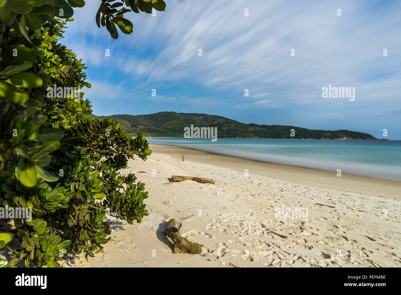 Foto scattata in Ilha Grande, Brasile Agosto 2017: una lunga esposizione Lopes Mendes Beach in Ilha Grande, a sud di Rio de Janeiro, Brasile Immagini Stock