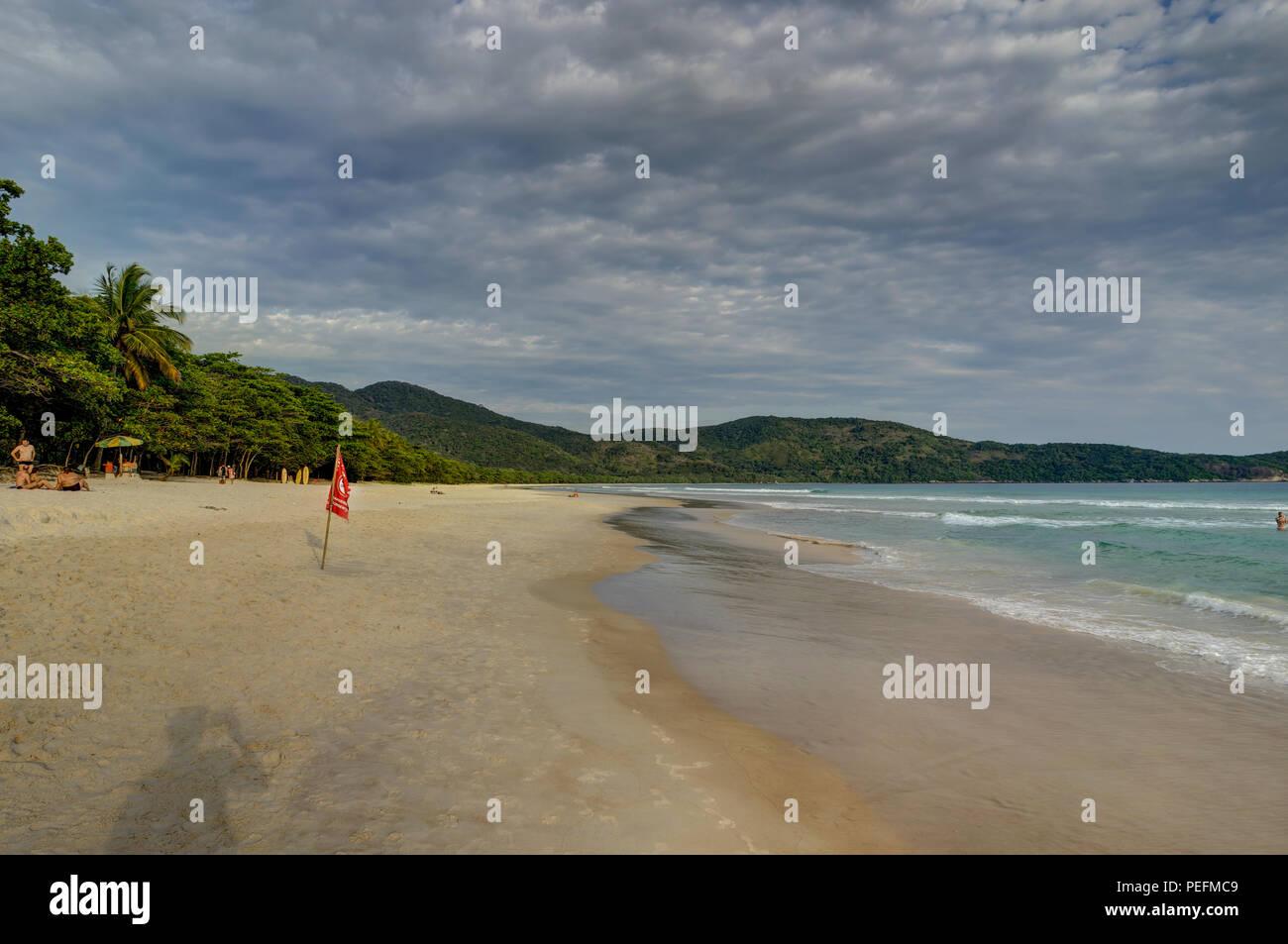 Foto scattata in Ilha Grande, Brasile Agosto 2017: Lopes Mendes Beach in Ilha Grande, a sud di Rio de Janeiro, Brasile Immagini Stock