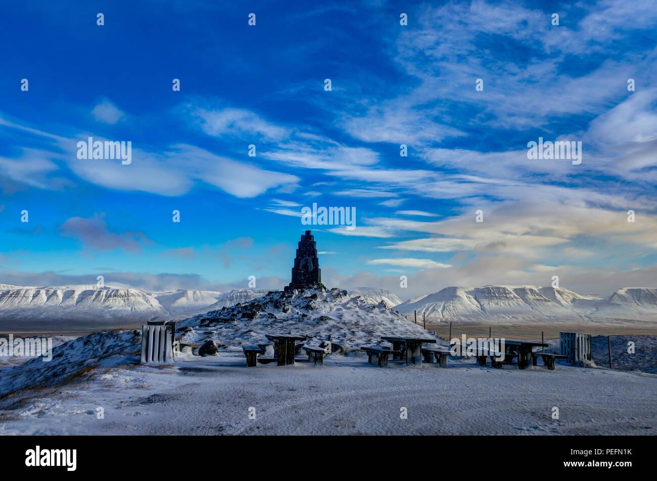 In inverno il paesaggio di Natale con alberi e montagne. Paesaggio Di Natale su una mattina di sole con cielo blu e nuvole e neve fresca. Foto scattata in Ic Immagini Stock