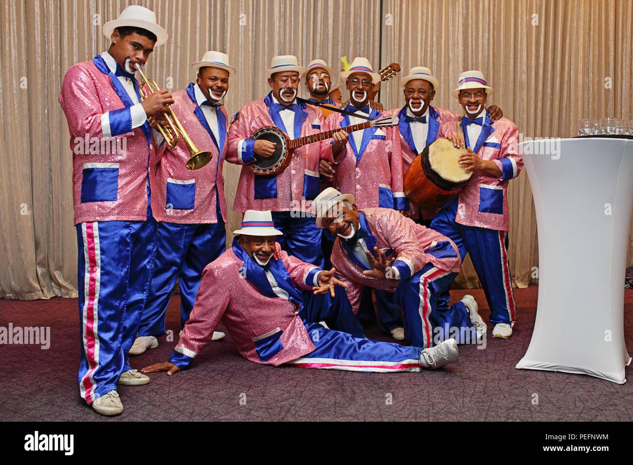 Kaapse Klopse minstrels garbed in luminosi colori,e la riproduzione di una vasta gamma di strumenti musicali Immagini Stock