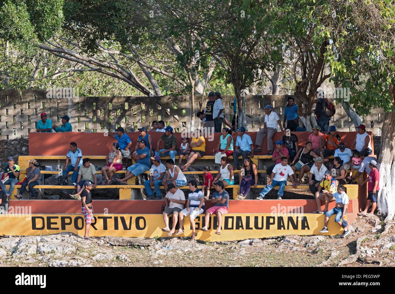 Gli spettatori di una partita di baseball in pista, Yucatan, Messico. Immagini Stock