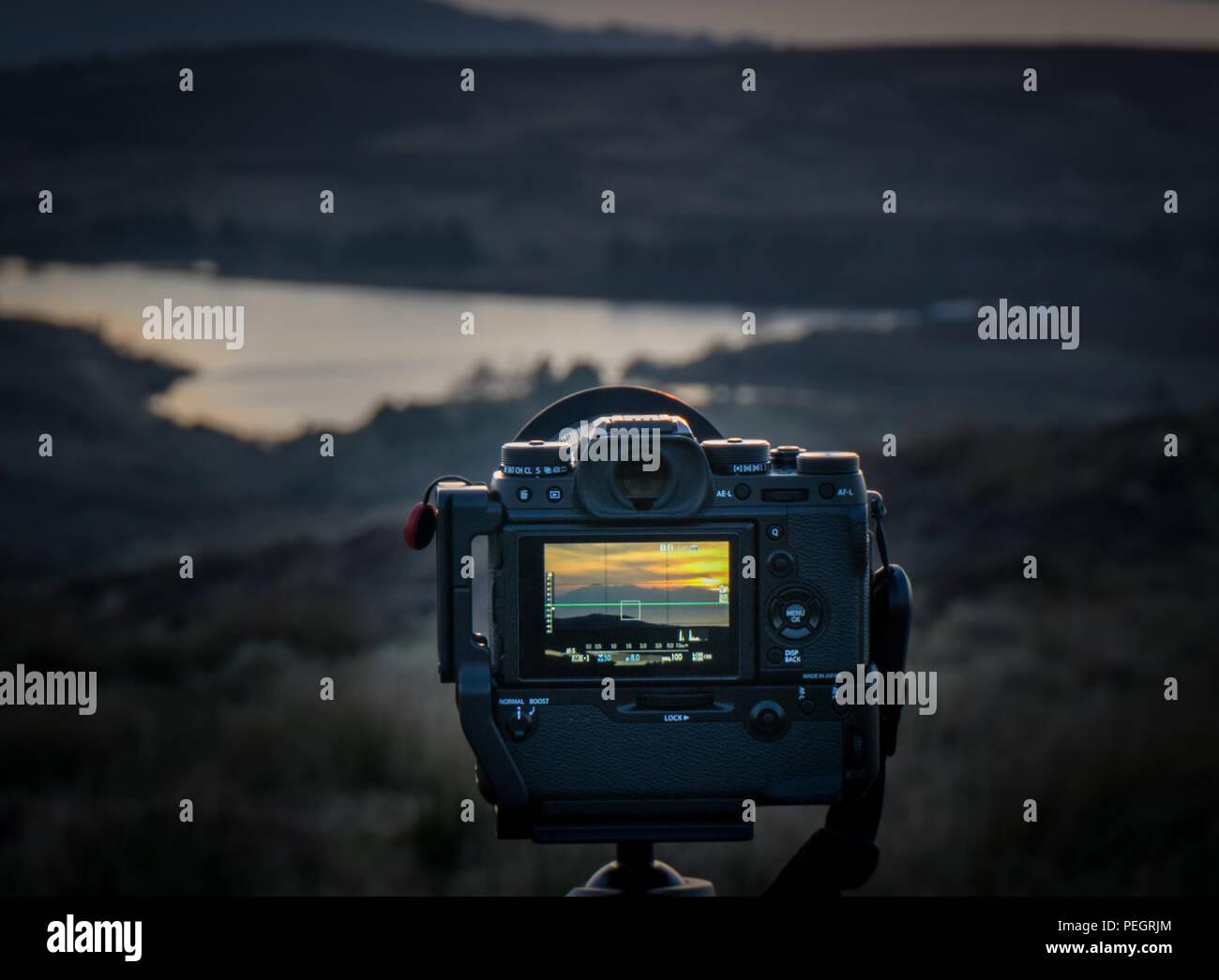 Fairlie, Scotland, Regno Unito - 24 Febbraio 2018: vista posteriore del Fuji XT-2 e attaccato Fuji battery grip fissato su unsceen trypod mount con mirrorless camer Immagini Stock
