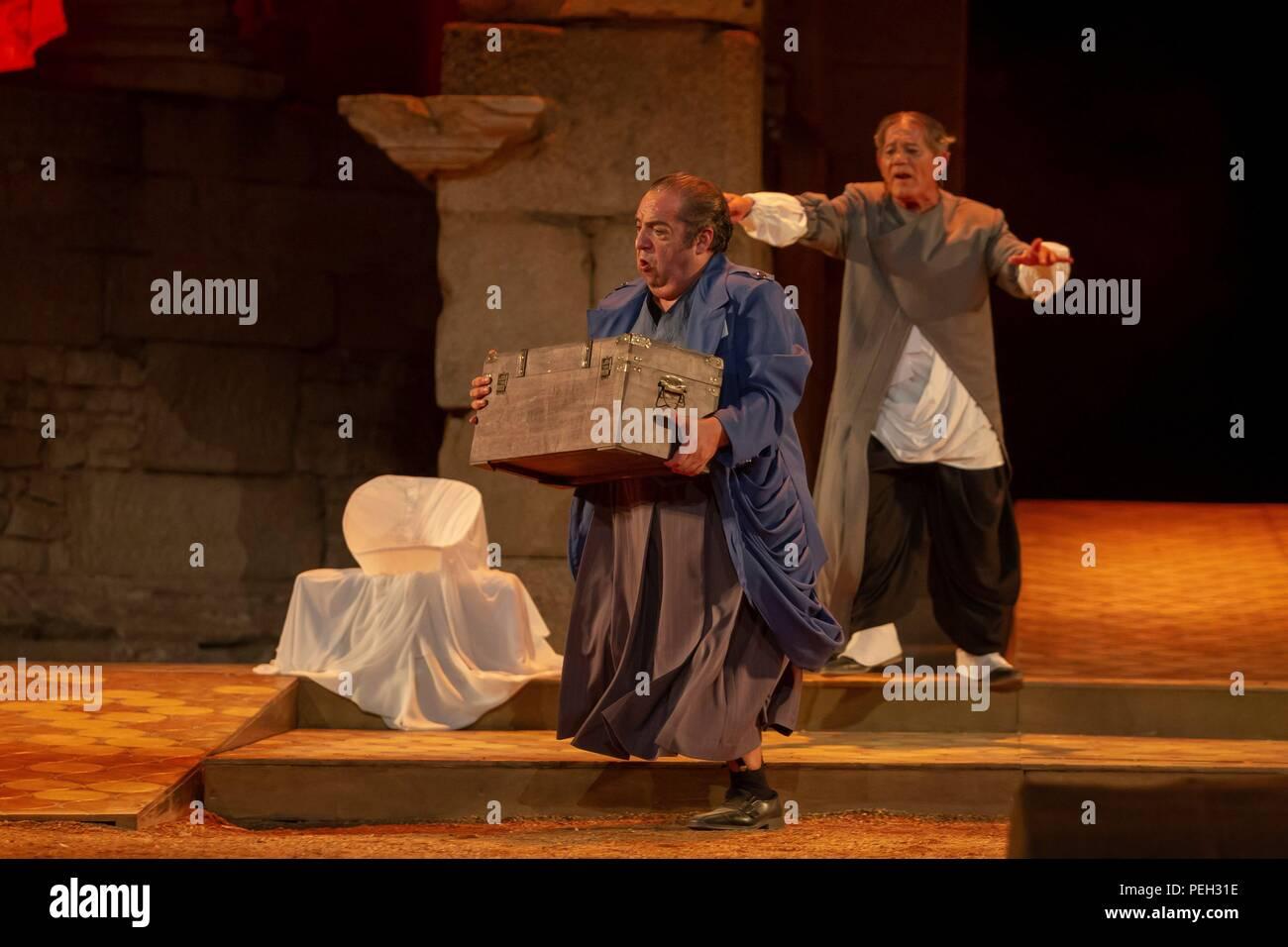 Alcuni attori eseguire durante la prova del gioco 'la comedia del fantasma' (Il fantasma della commedia) come parte del Teatro Classico Festival di Merida, western Spagna, fine 14 agosto 2018. Il gioco, basato in un testo di drammaturgo romano Plauto (c. 254 - 184 a.C.), corre dal 15 al 19 agosto. EFE/ Jero Morales Immagini Stock