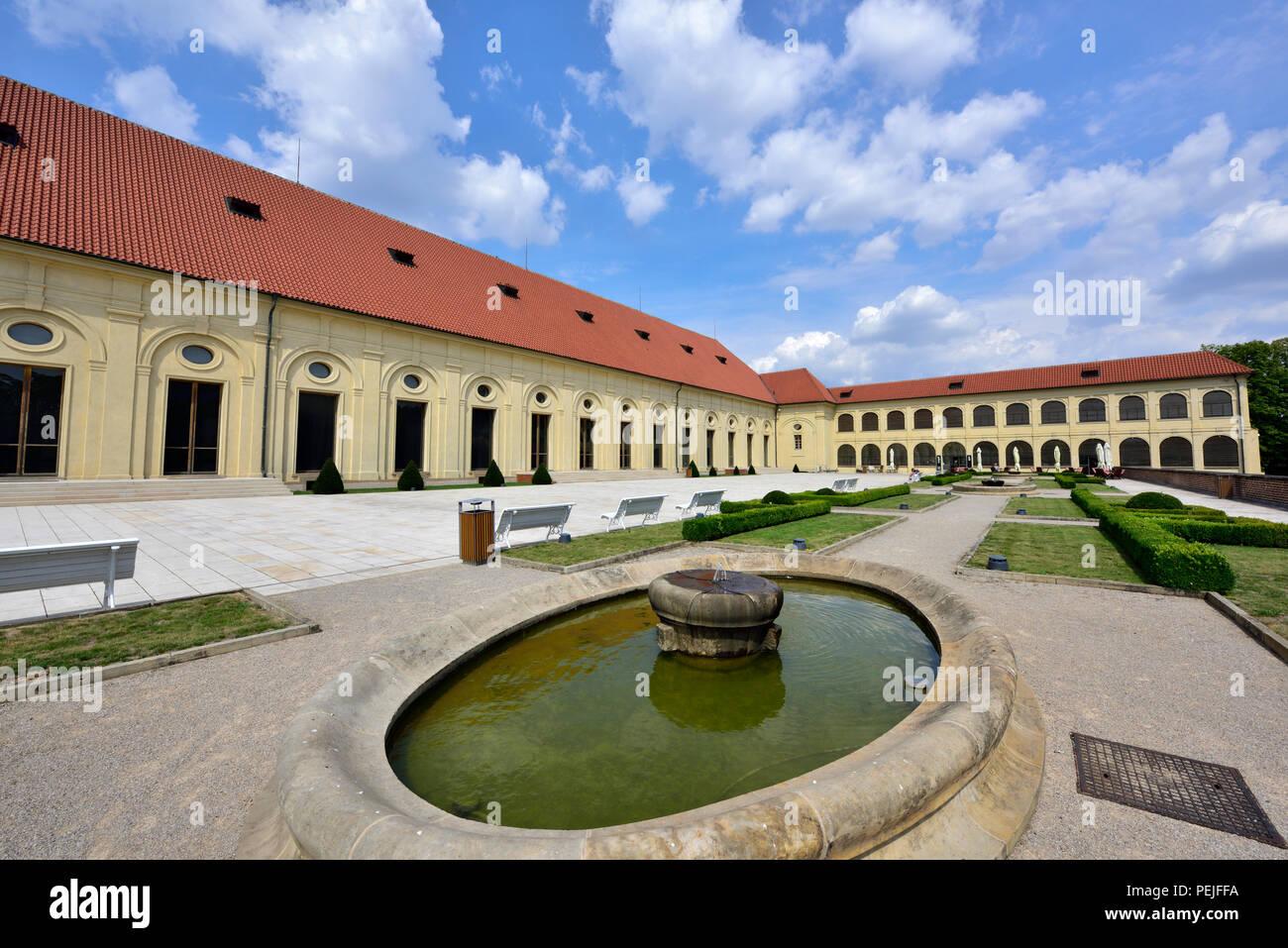 Terrazza e di edifici del Castello di Praga Scuola di Equitazione Immagini Stock