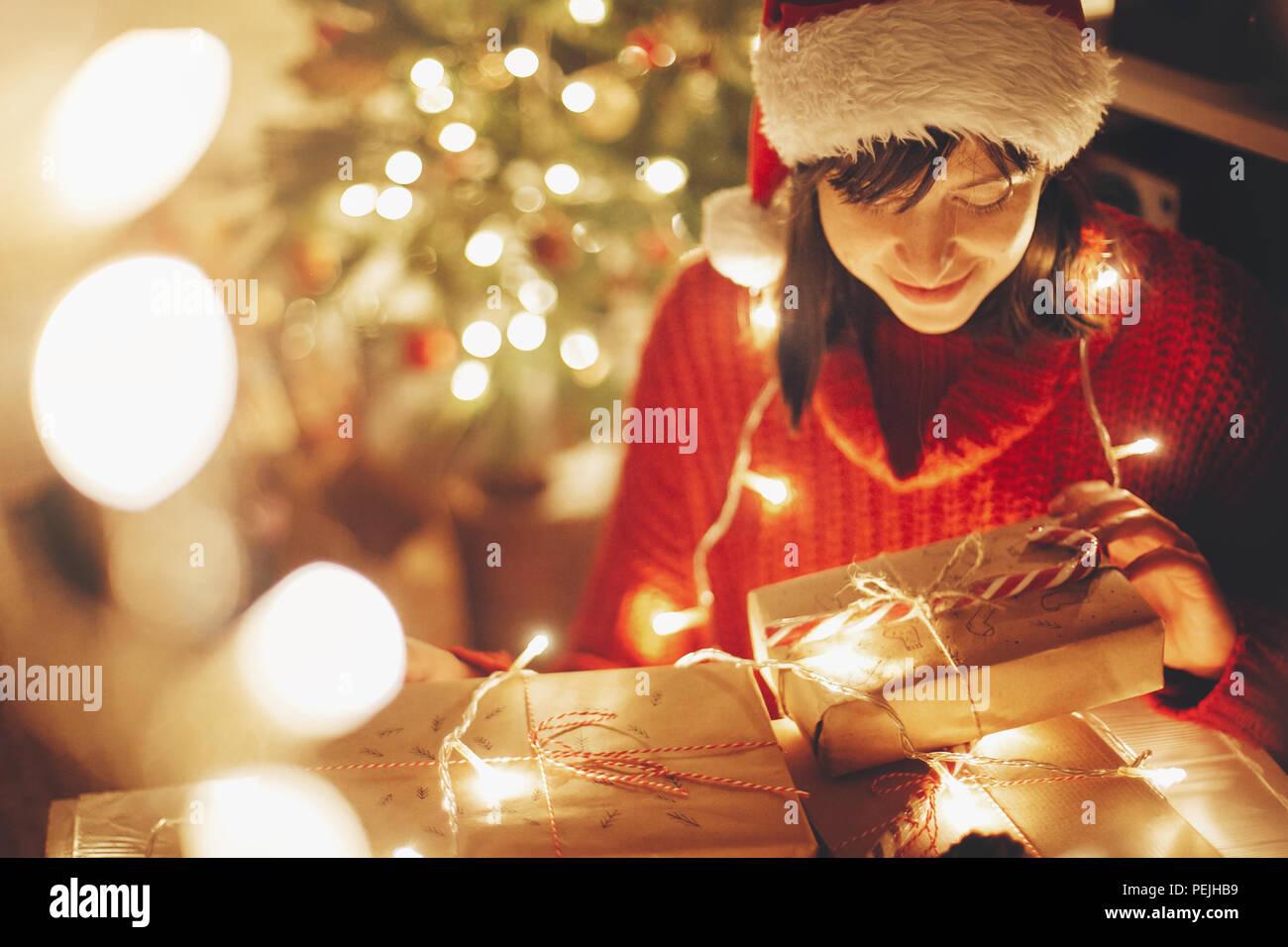 Regali Di Natale Ragazza.Buon Natale Ragazza Impacchettare I Regali Di Natale Con Le Luci