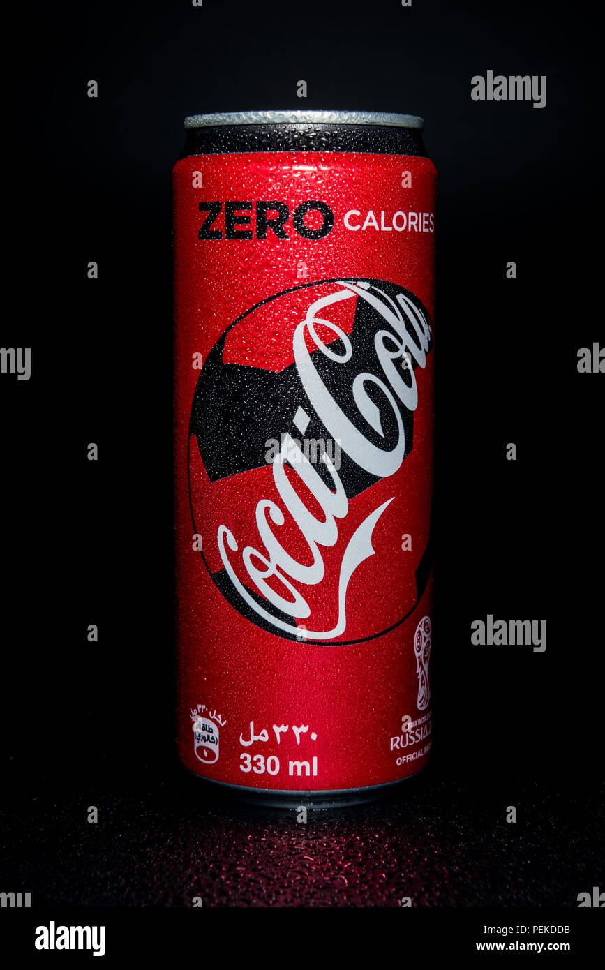 Coca Cola Può Isolati Su Sfondo Nero Foto Immagine Stock
