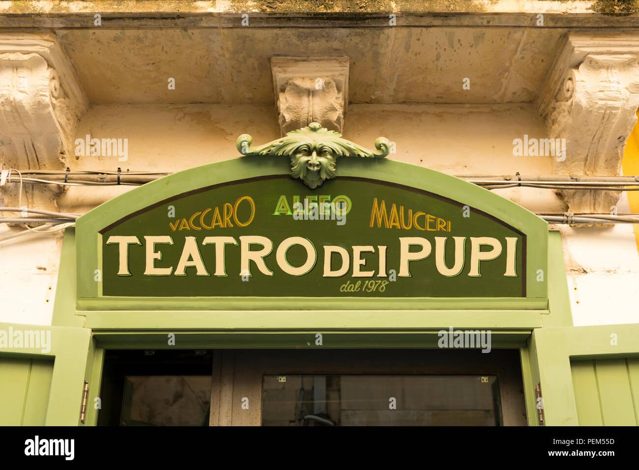 Italia Sicilia siracusa Siracusa Ortigia Via della Giudecca Teatro dei Pupi teatro dei pupi teatro est 1978 segno Vaccaro Alfeo Mauceri marionette Immagini Stock