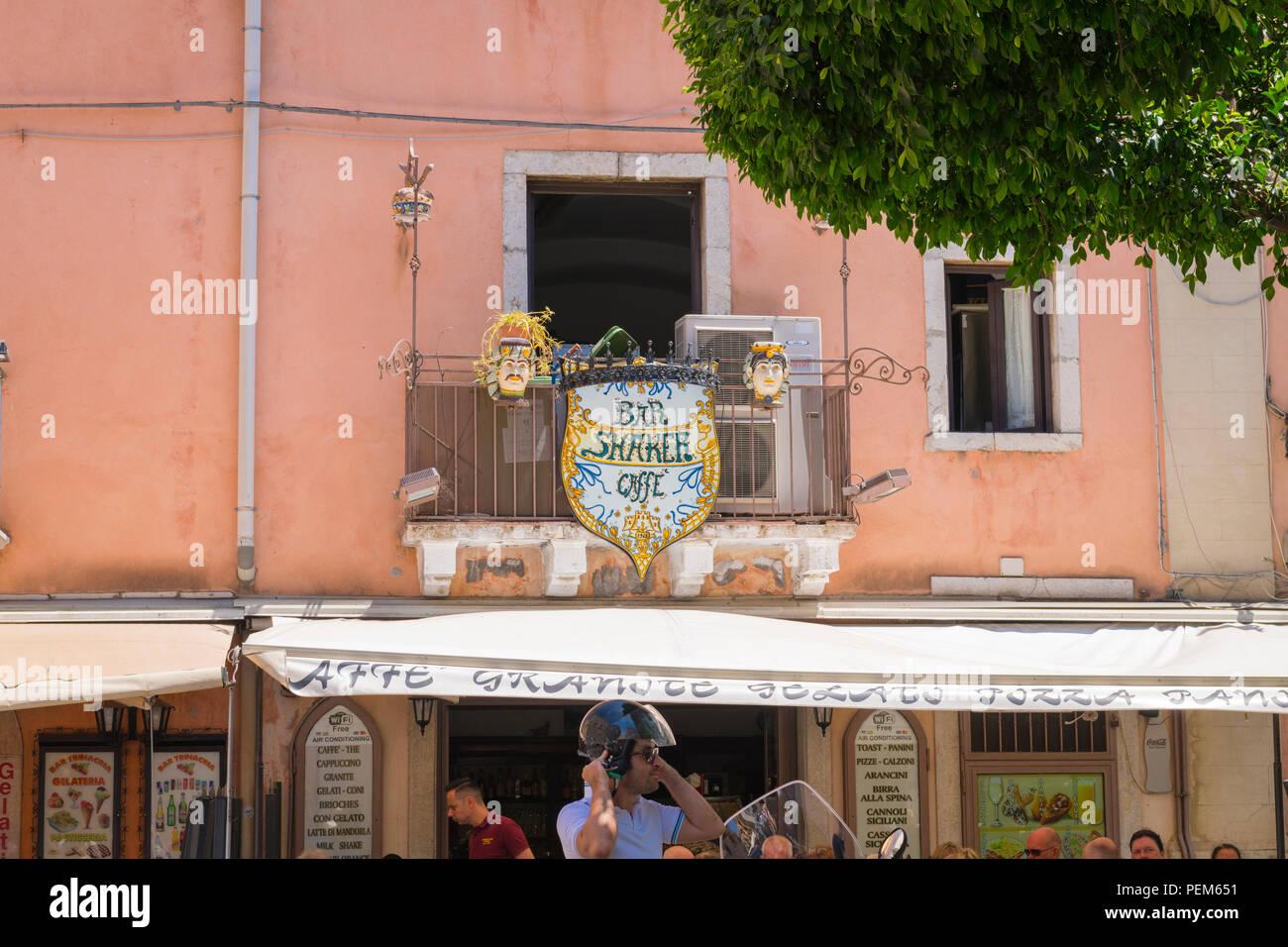 Italia Sicilia Monte Tauro più famosa stazione turistica di lusso Taormina Shaker Bar Caffe cafe est 1968 balcone teste in ceramica free wifi arancini calzoni Immagini Stock