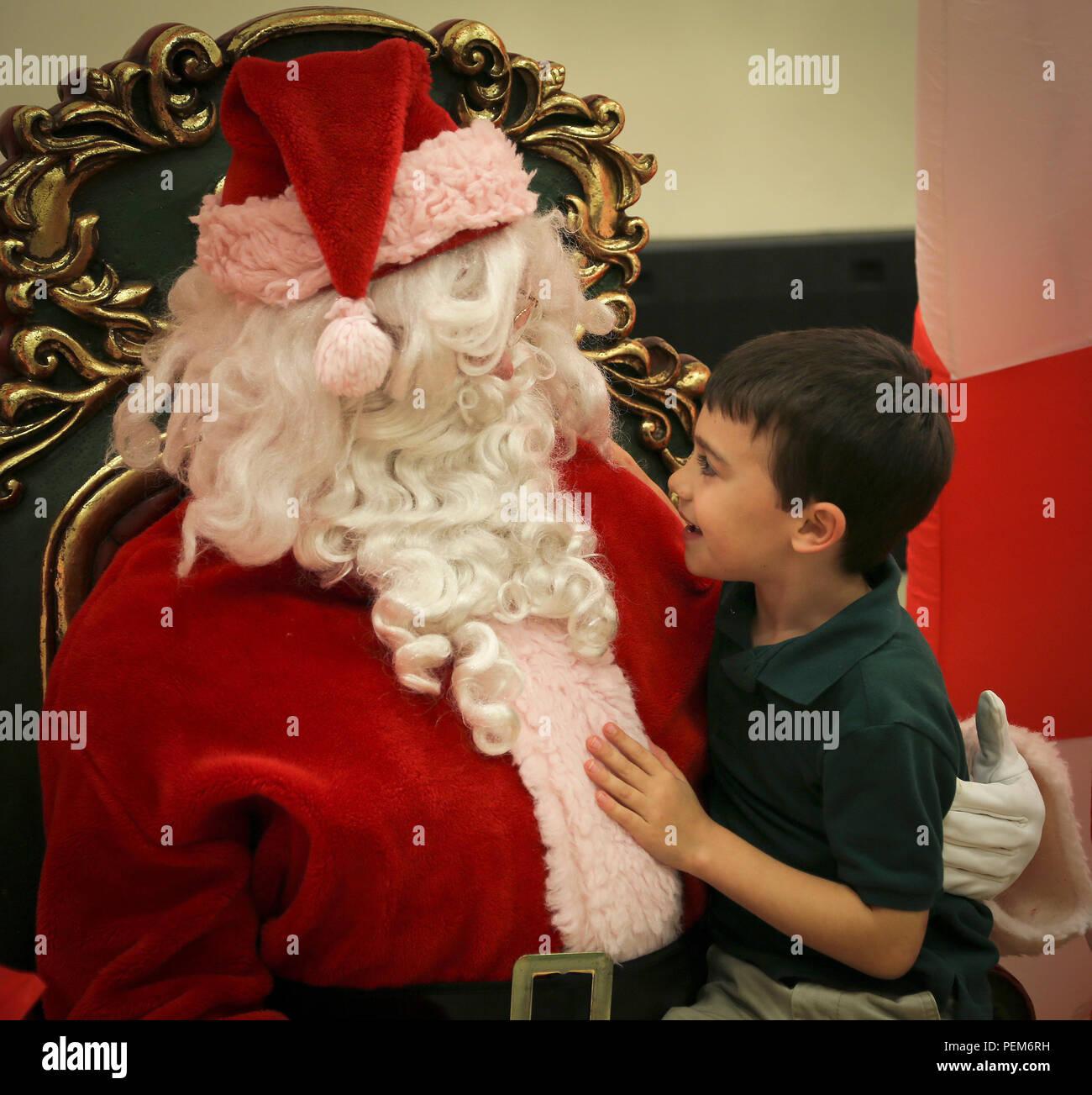 Babbo Natale Brutto.Un Bambino Interagisce Con Babbo Natale Nel Corso Di Una Festa A Bordo Di Marine Corps
