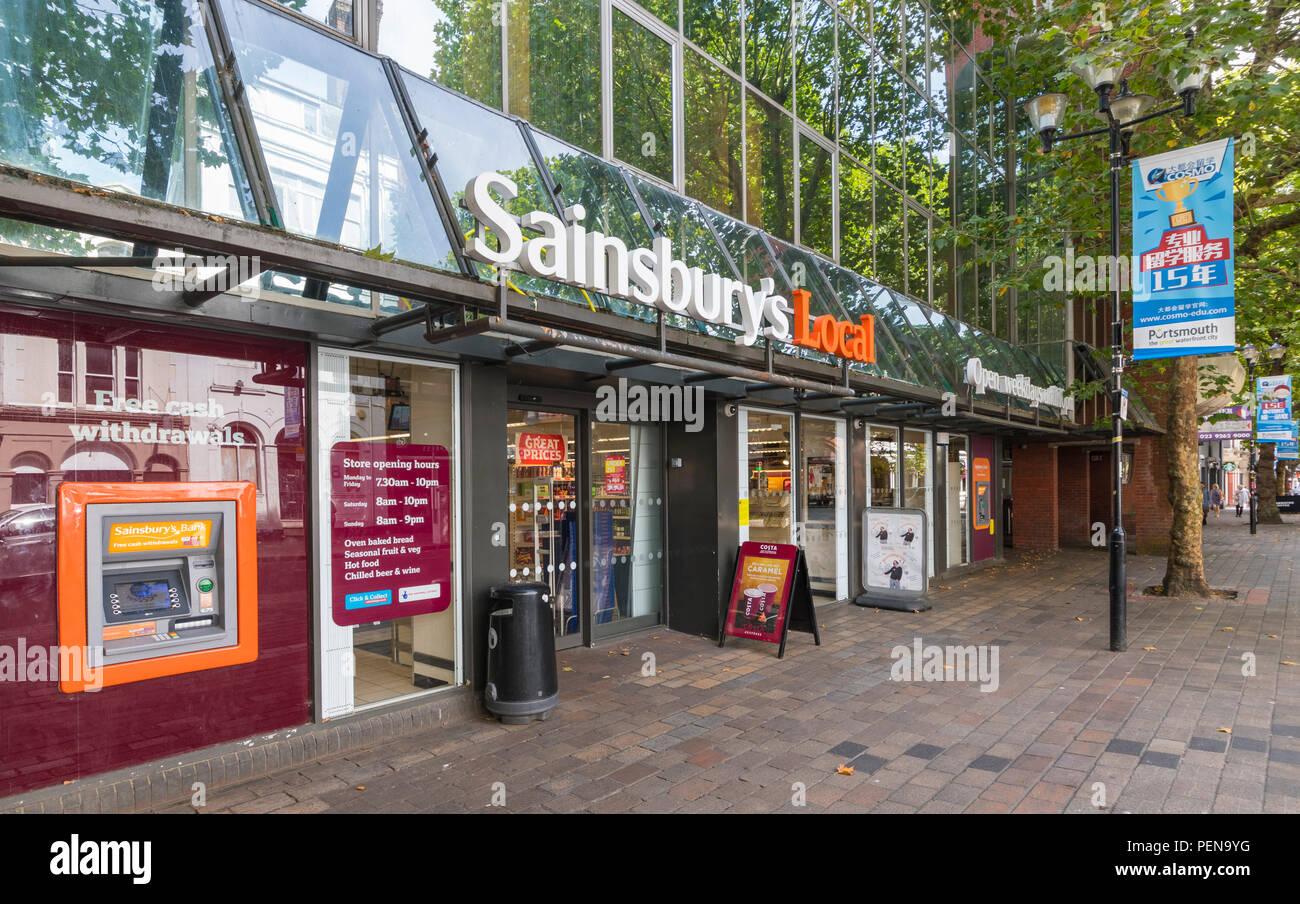 Sainsbury's store locale ingresso anteriore a Portsmouth, Hampshire, Inghilterra, Regno Unito. Sainsburys negozio di fronte UK. Sainsbury supermercato locale groceries store. Immagini Stock