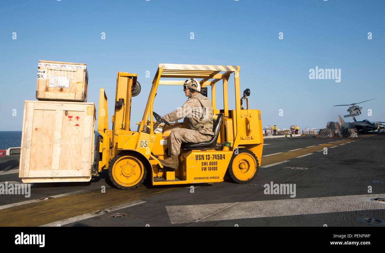 Stati Uniti Lancia Marine Cpl. Christopher Tankersly, assegnato a combattere cargo, 26 Marine Expeditionary Unit (MEU), trasporta materiali di consumo durante un rifornimento dell'antenna a bordo dell'assalto anfibio nave USS Kearsarge (LHD 3) Gen 12, 2015, nel Golfo di Oman. Il ventiseiesimo MEU è intrapreso l'anfibio Kearsarge Gruppo pronto e viene distribuito per mantenere la sicurezza regionale negli Stati Uniti Quinta Flotta area di operazioni. (U.S. Marine Corps foto di Cpl. Joshua W. marrone/rilasciato) Immagini Stock