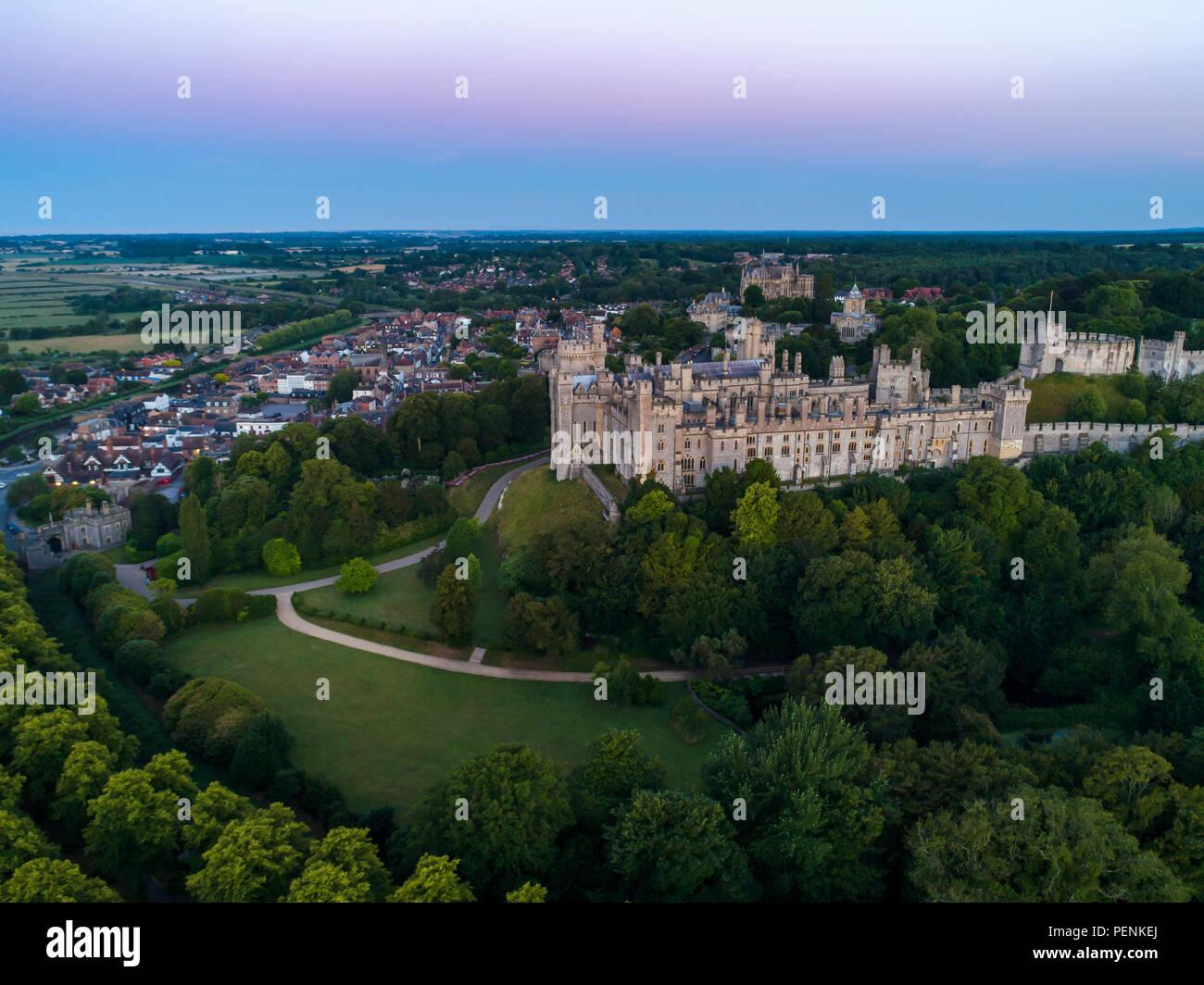 Foto aerea del Castello di Arundel e città nel crepuscolo prima dell'alba. Girato in estate 2018 Foto Stock