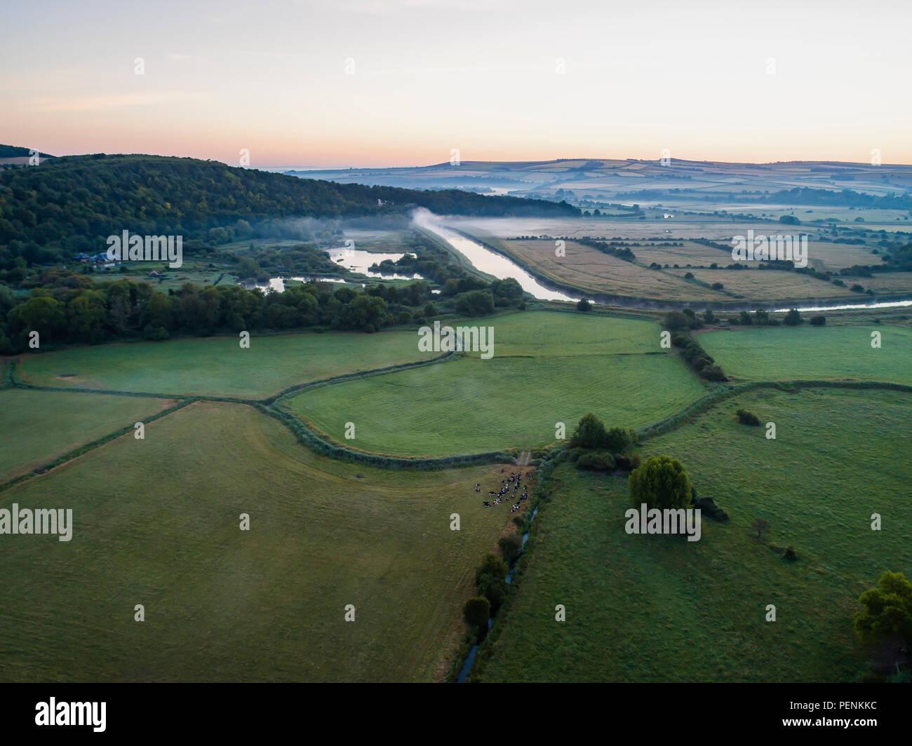 Drone di immagine di una nebbiosa alba paesaggio inglese come le albe in West Sussex Foto Stock