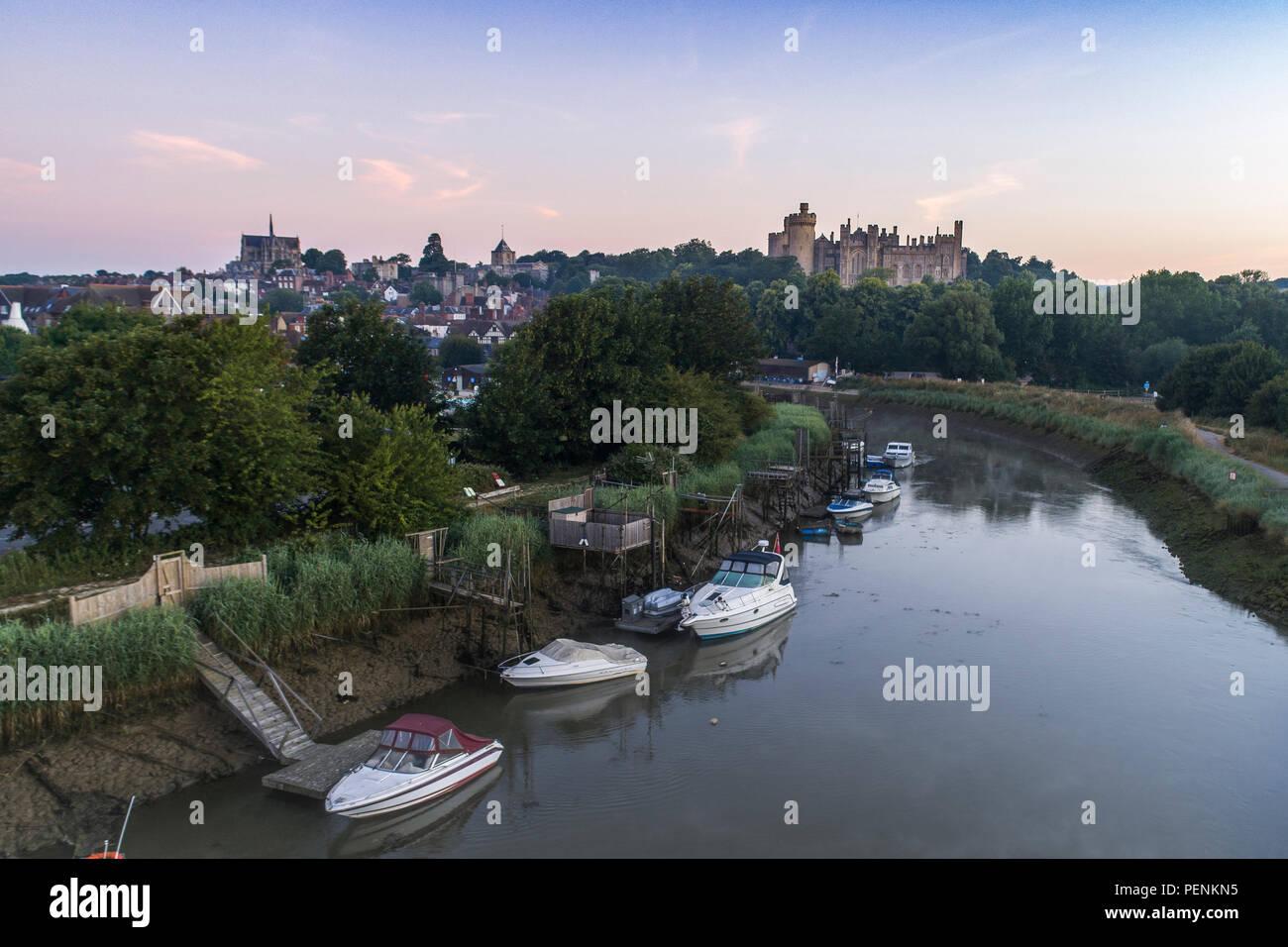 Basso livello del drone immagine del fiume Arun e Arundel Castle durante il crepuscolo in estate 20189 Foto Stock