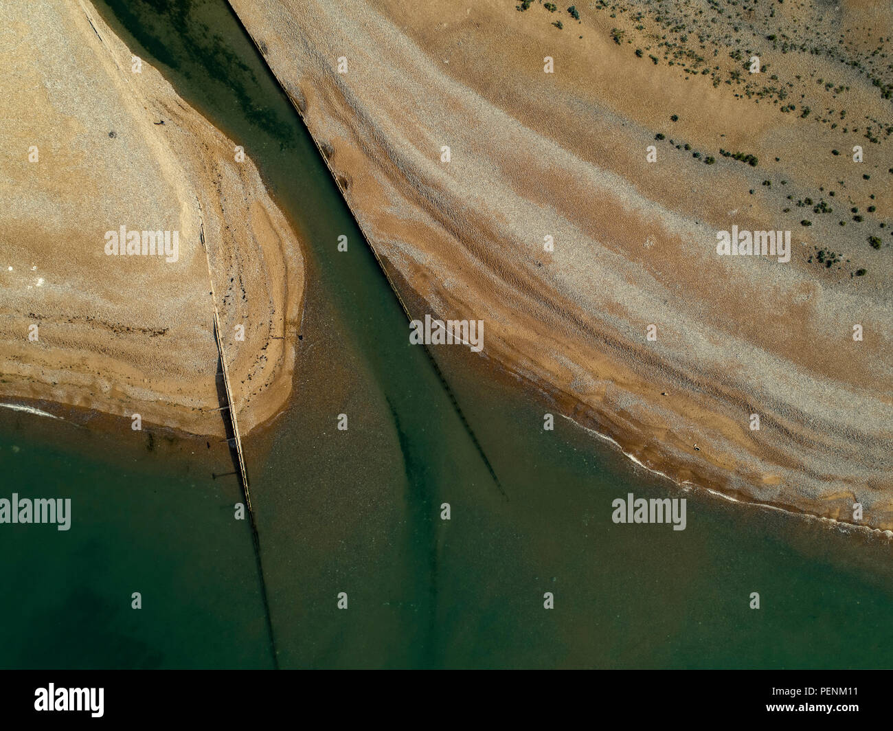 Drone telecamera puntata direttamente verso il basso sul Cuckmere Haven spiaggia come si vola sopra la bocca del fiume Foto Stock