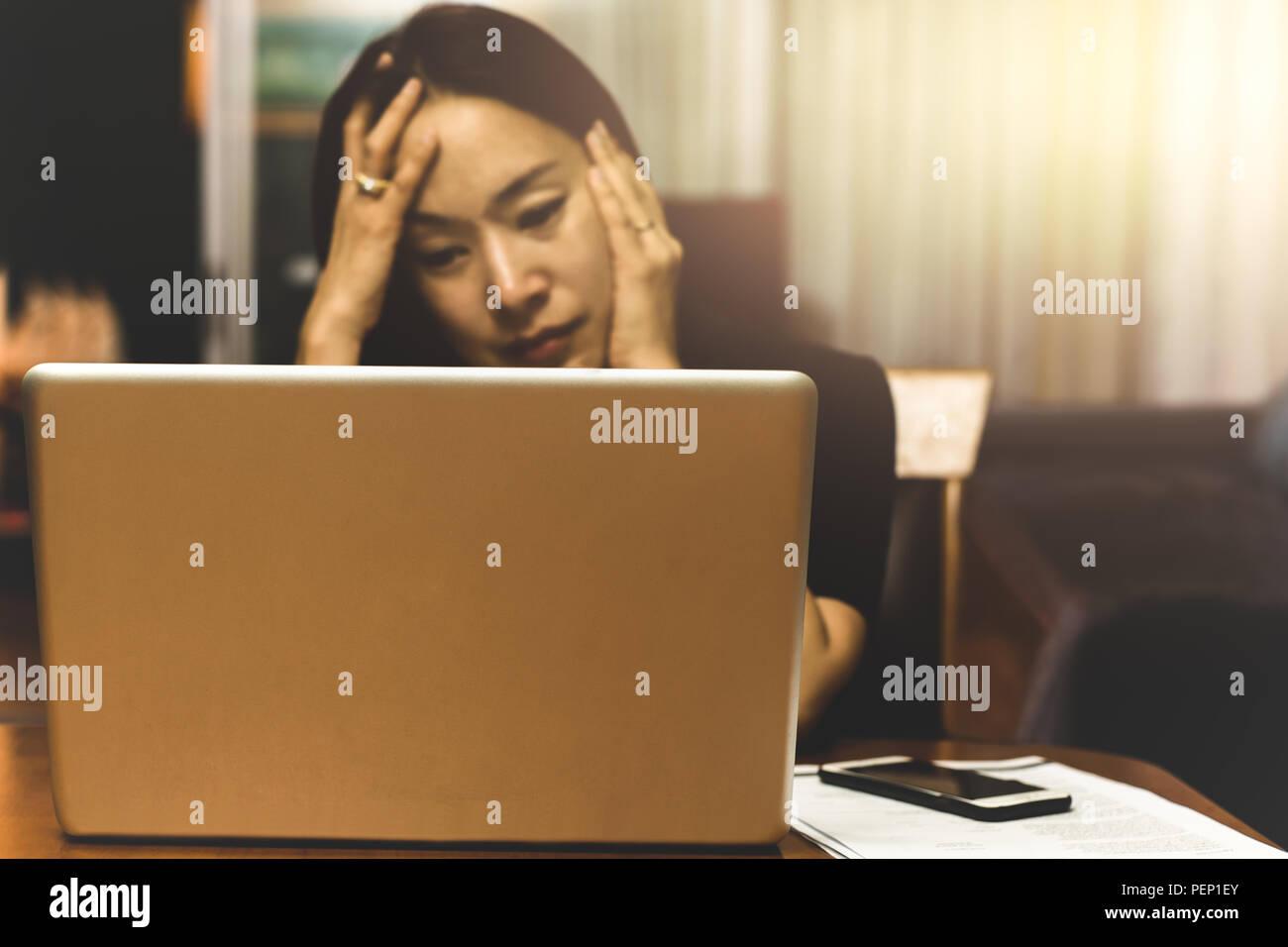 Donna d'affari in cerca di lavoro di stress sul computer di lavoro straordinario, Immagini Stock